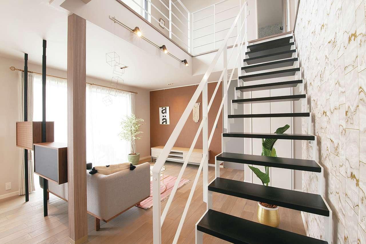 遠鉄ホーム【袋井市・モデルハウス】階段の位置は家族のコミュニケーションをデザインする大事な要素。このモデルハウスでは、リビング吹抜け+スケルトンのオープン階段を採用し、1階と2階がゆるやかにつながる開放的な空間を演出。白いアイアンの手すりにもやさしさを感じる