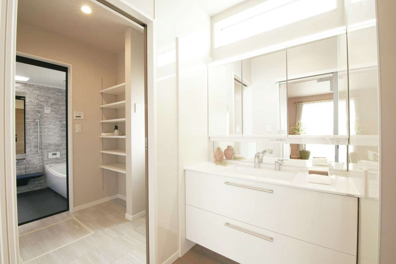 遠鉄ホーム【袋井市・モデルハウス】洗面コーナーと脱衣所を分けることで、気兼ねなく同時に使用可能に