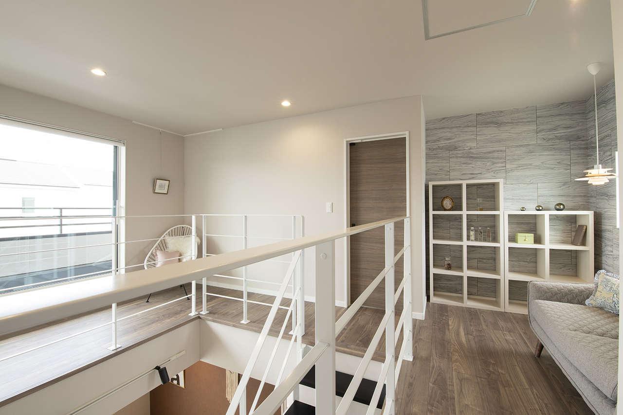 遠鉄ホーム【袋井市・モデルハウス】階段を上がると、そこはリビングに次ぐ第2のパブリックスペース。ライブラリーコーナーや陽光降り注ぐホールが開放的な空間を演出。室内物干しなどに使える実用性も確保