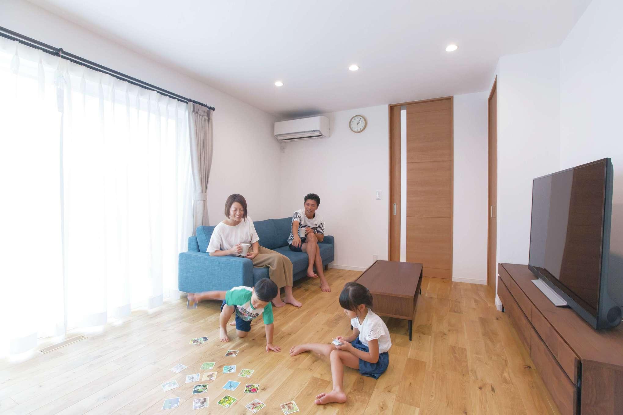 無垢と漆喰を用いた自然素材のLDKは、体にやさしく温かみのある空間。いつも家族が集まって楽しい団らんのときを過ごすのが日課。オークの床はご主人のこだわり