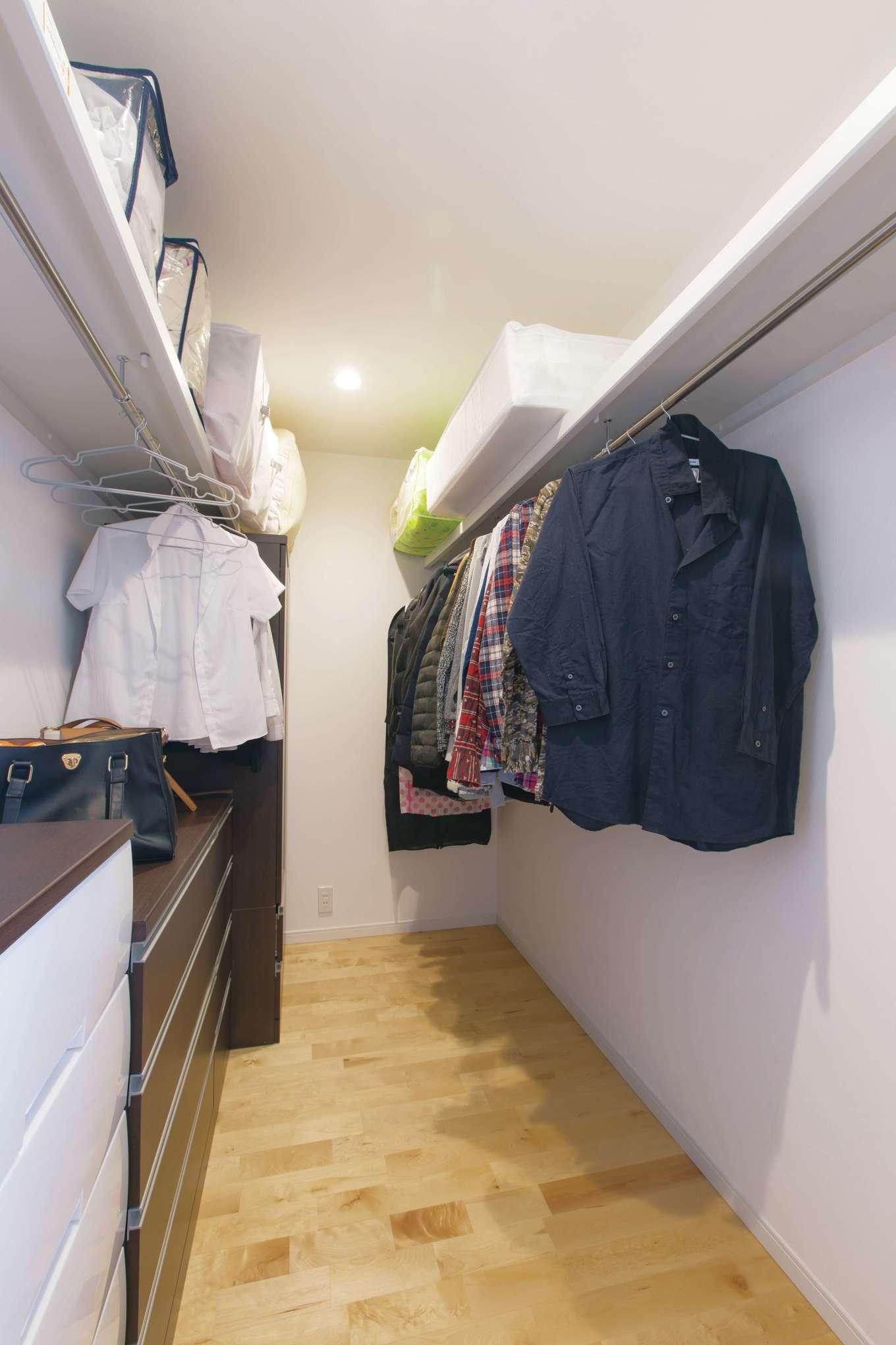 寝室の隣に設けたウォークインクローゼット。空気がこもらず衣類にニオイがつかない