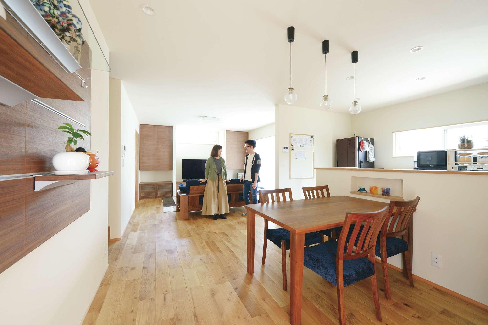 新栄住宅【自然素材、省エネ、間取り】22.3畳のLDK。ホワイトオークの床に合わせて家具をセレクト。「SHIN-EI床下エアコン」を装備したことで、家庭用のルームエアコン1台で足元から住まい全体が快適な温度になる