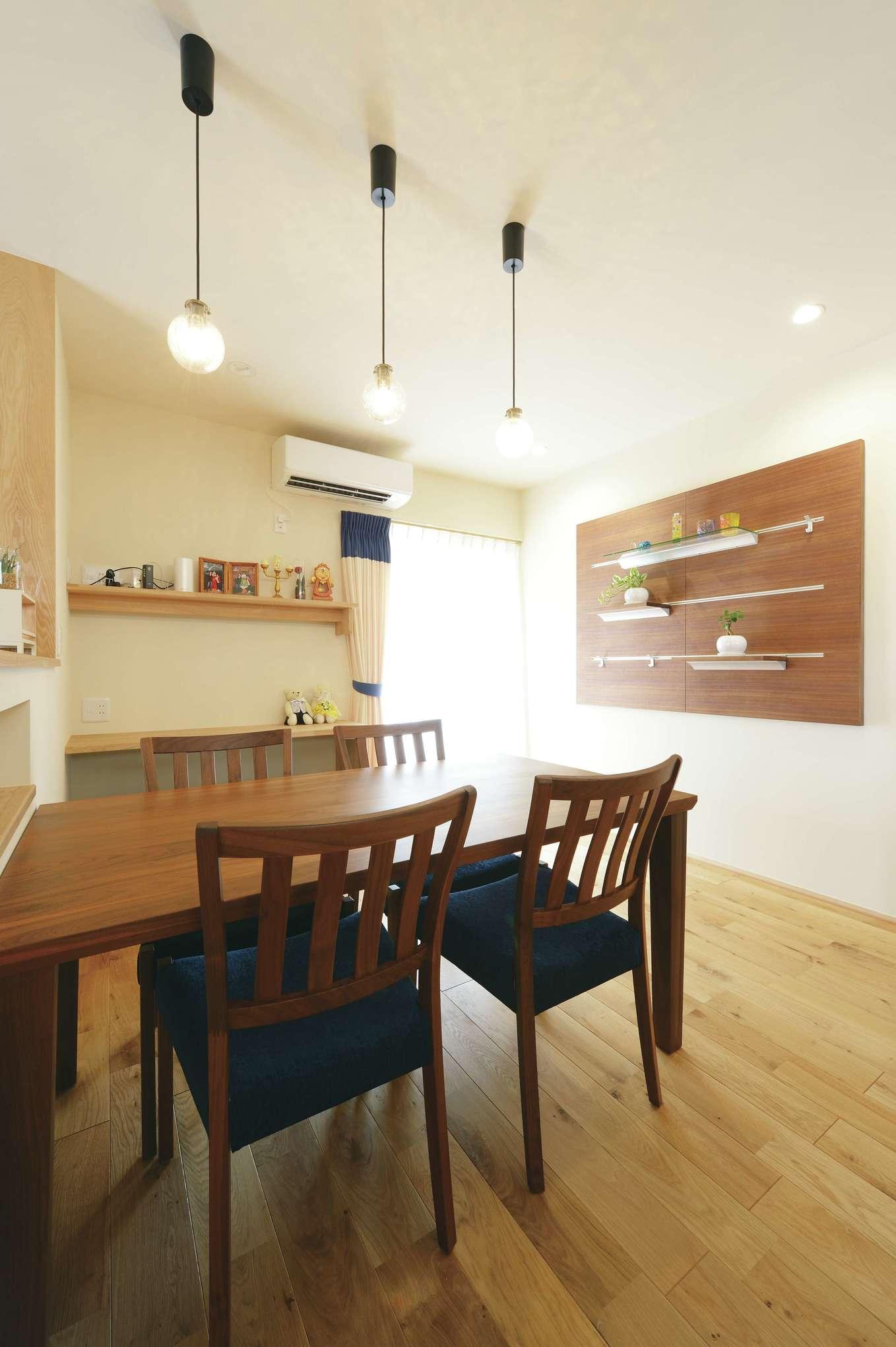 新栄住宅【自然素材、省エネ、間取り】ウォールナットのディスプレイウォールを造作し、暮らしに彩りを