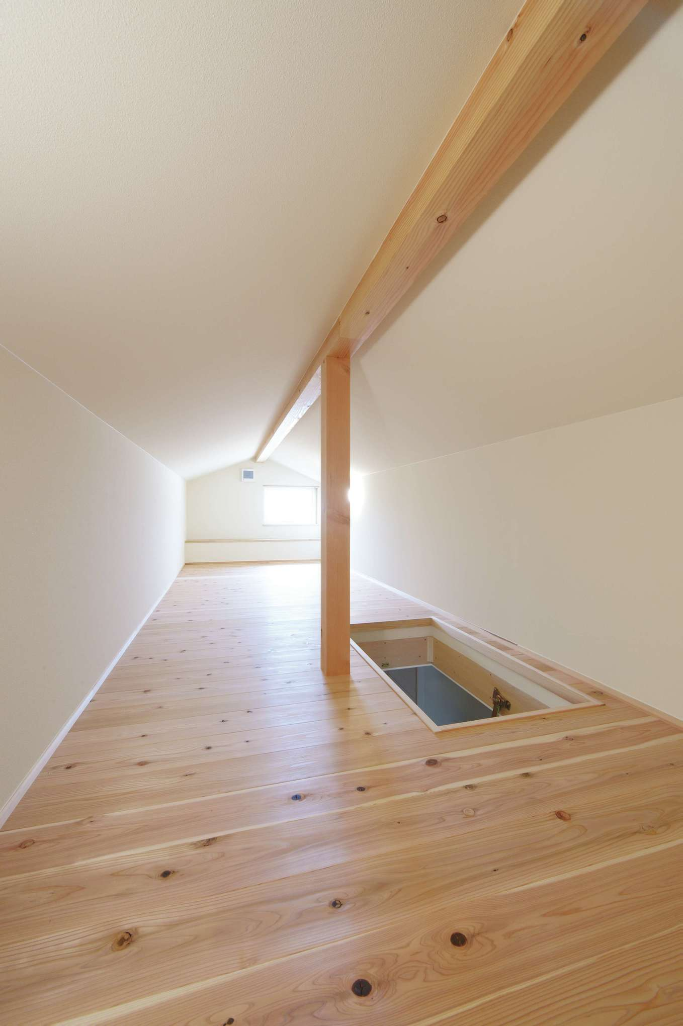 新栄住宅【自然素材、省エネ、間取り】小屋裏収納の床は杉を使用。採光と通風も十分