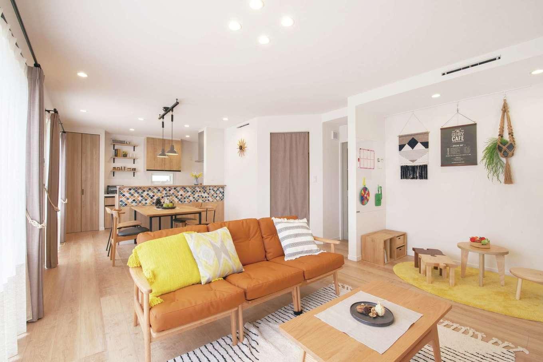 遠鉄ホーム【磐田市・モデルハウス】一体感のあるリビングとカウンターキッチンは「ブライト-S」の特徴。深澤直人デザインのダイニングチェアやペンダントライトでカフェっぽく