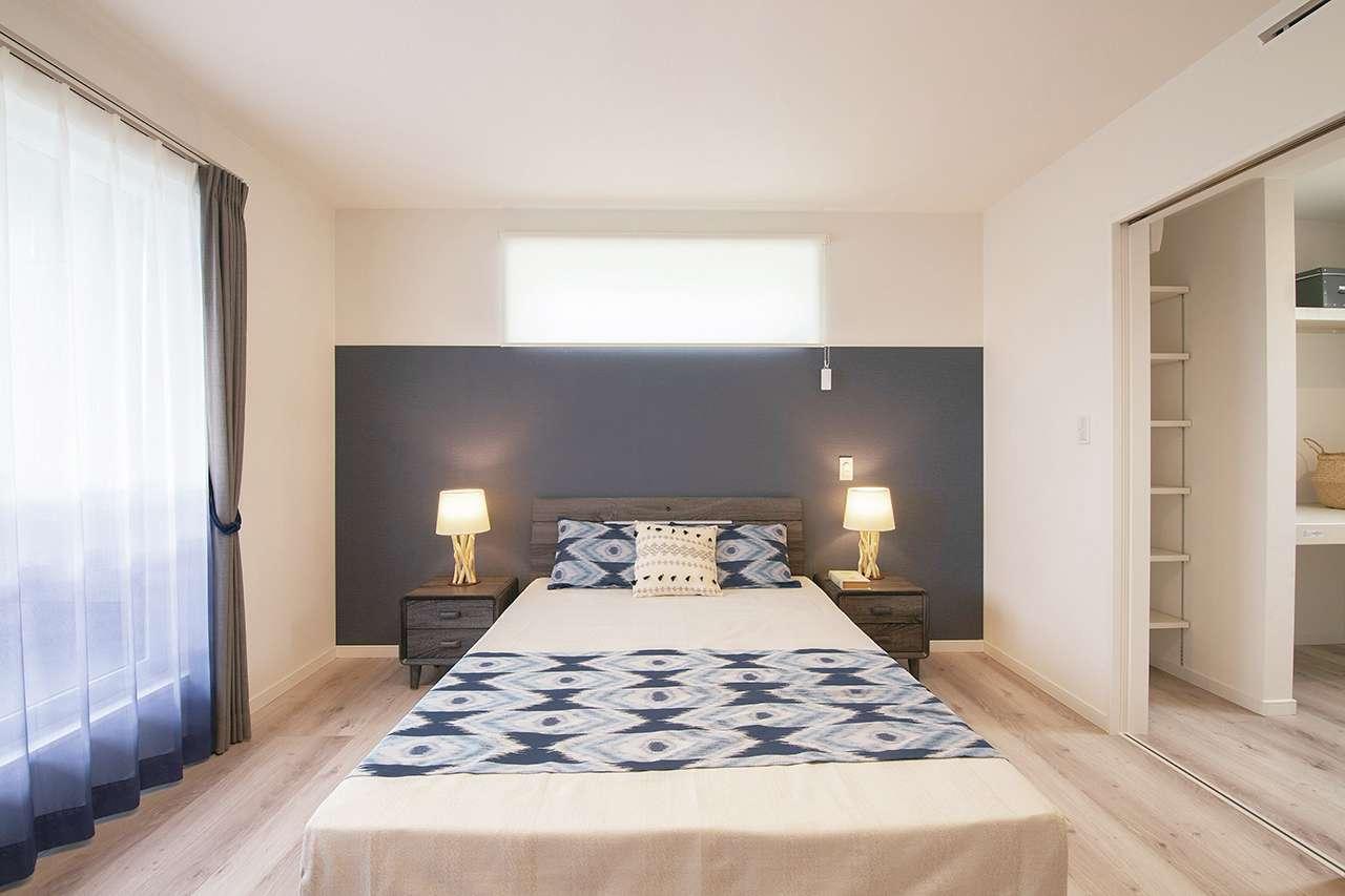 遠鉄ホーム【磐田市・モデルハウス】人気のネイティブ柄を取り入れつつ、ブルーとホワイトのシンプルな色使いで落ち着いた雰囲気にコーデした主寝室