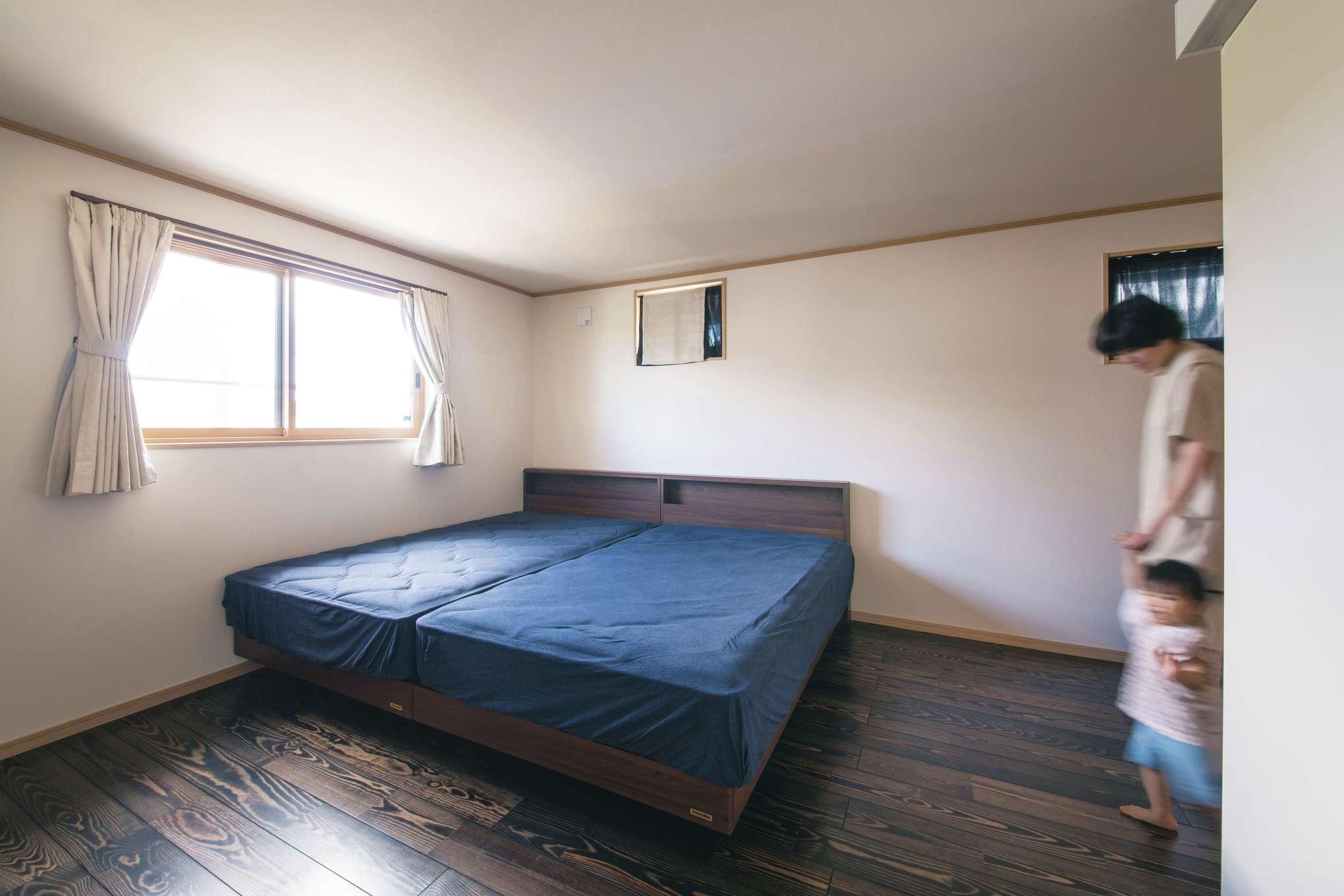 田畑工事【子育て、自然素材、省エネ】寝室は同じマツの床をダーク系の色に変えて安らぎ感を演出