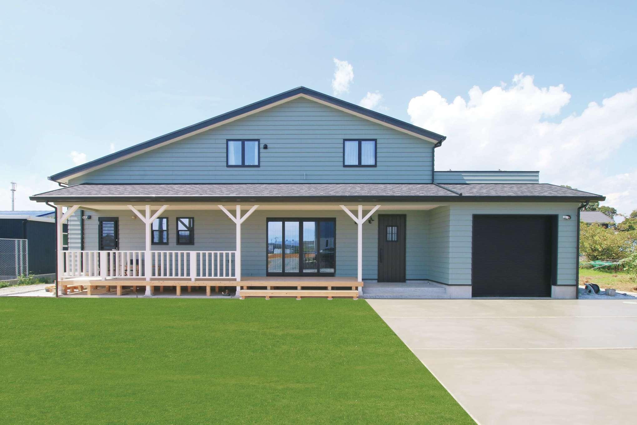 木場建築設計 KIBA-AD【デザイン住宅、屋上バルコニー、趣味】アンティークグリーンのラップサイディングが青空に映えるアメリカンスタイルの外観。デッキやガレージのスペースも広く多様に活躍