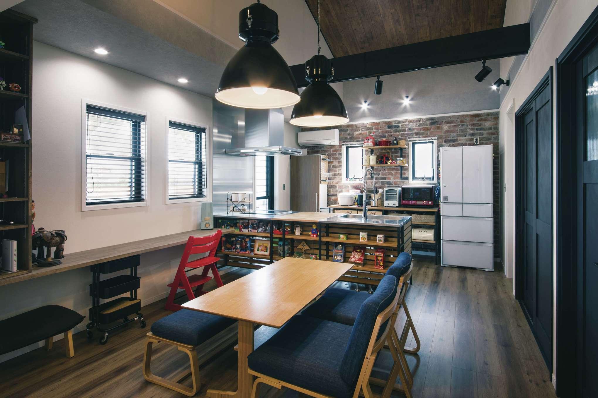 木場建築設計 KIBA-AD【デザイン住宅、屋上バルコニー、趣味】重厚なブルックリンテイストのダイニング。フレームキッチンがインテリアの主役に。インダストリアルなペンダントライトは木場社長からの提案