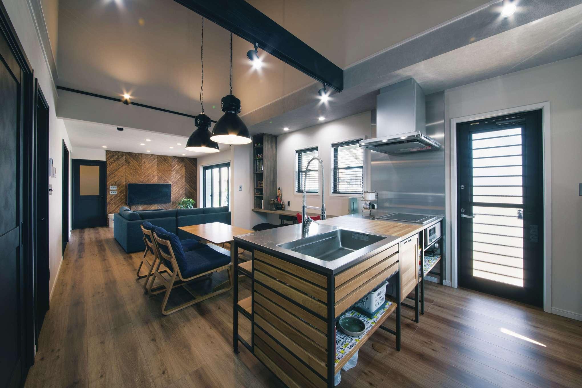 木場建築設計 KIBA-AD【デザイン住宅、屋上バルコニー、趣味】吹抜けのダイニングキッチンからは、家族がどこにいても見渡せて安心できる。勝手口からカヴァードポーチ、玄関へと回遊できる動線が便利