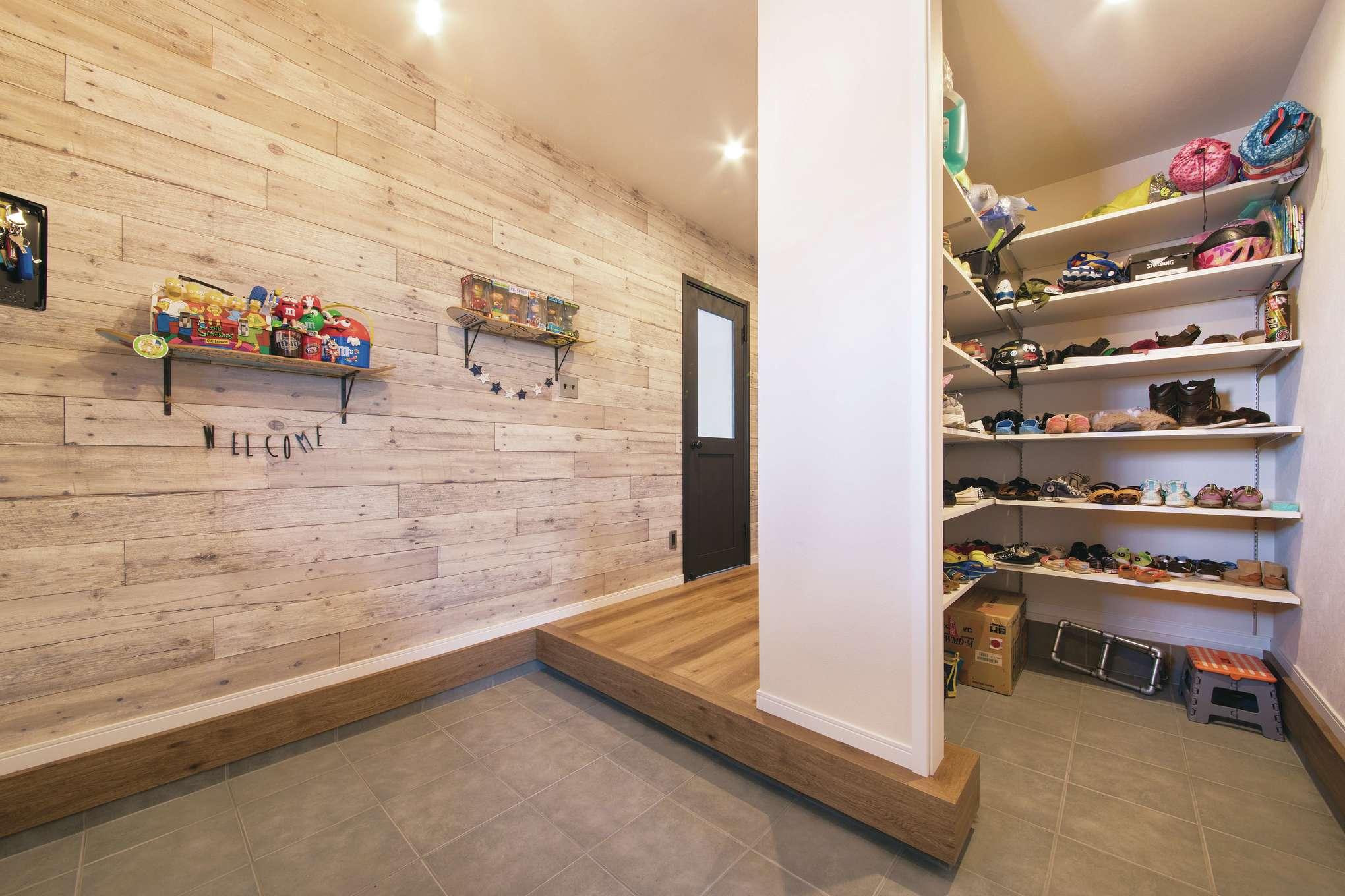 木場建築設計 KIBA-AD【デザイン住宅、屋上バルコニー、趣味】土間仕上げのゆったりとした玄関ホール。インナーガレージにも直結