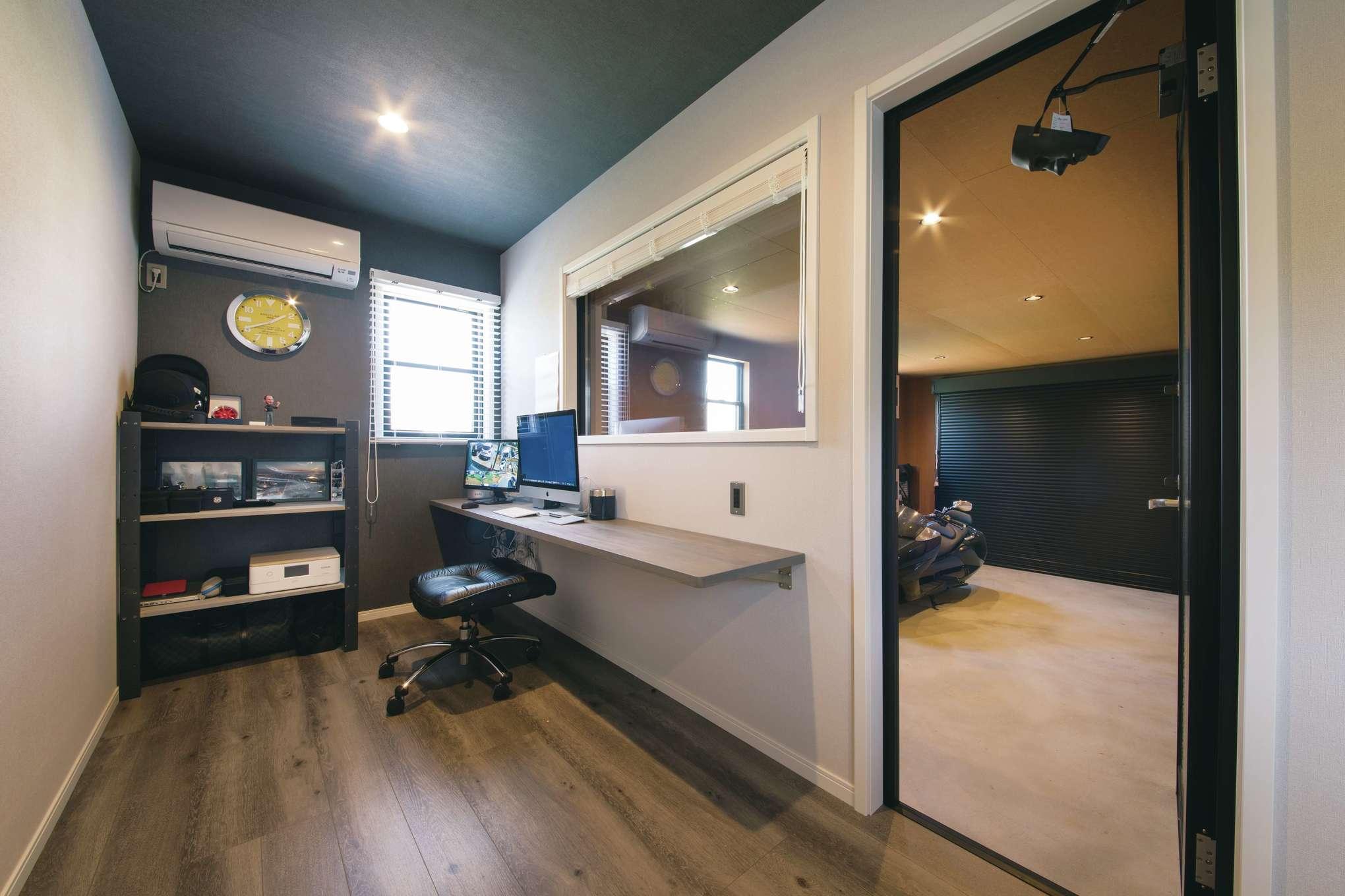 木場建築設計 KIBA-AD【デザイン住宅、屋上バルコニー、趣味】ご主人の書斎。FIX窓からガレージ内が見える