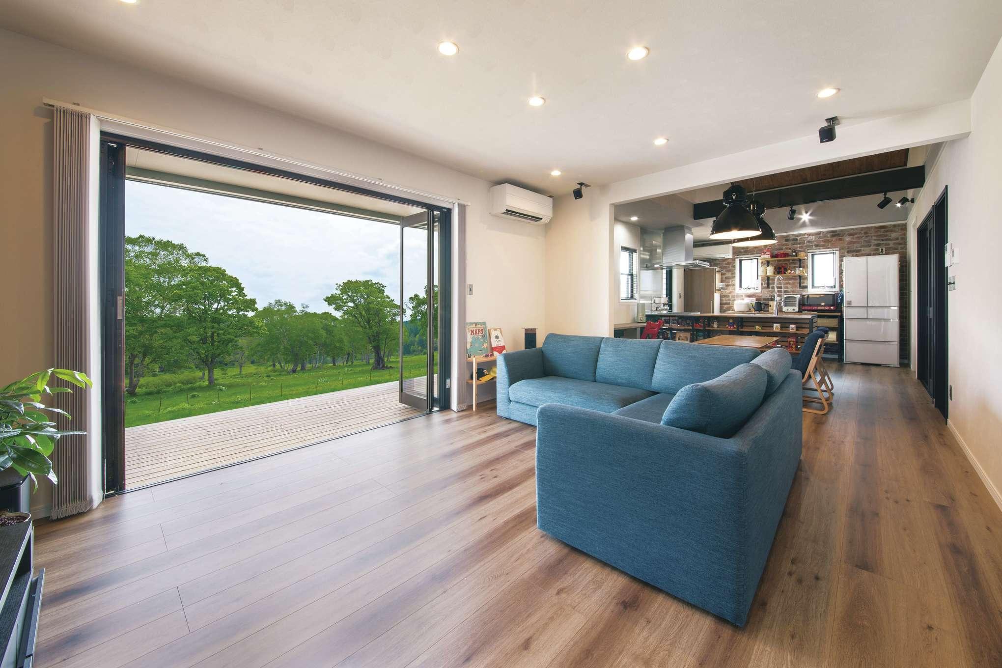 木場建築設計 KIBA-AD【デザイン住宅、屋上バルコニー、趣味】リビングの全開口サッシが外と中をつなぐ