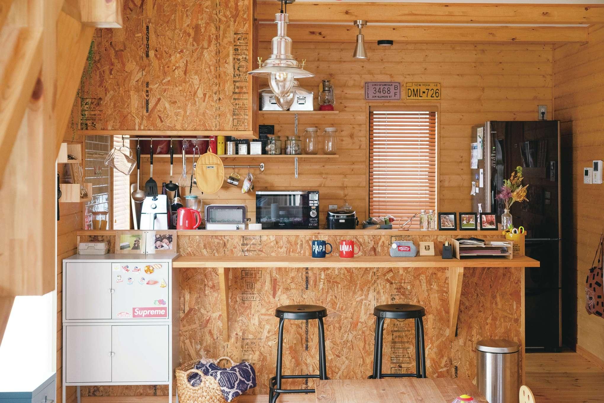 BESS浜松【子育て、インテリア、趣味】急遽取り付けたキッチンカウンターは「将来2人暮らしになったら食事用にしたくて」と奥さま。キッチンの背面収納はご主人が自分で取り付けたもの。ブラインドも、窓のサイズに合わせて既製品をカットし、自分たちで設置した力作だ