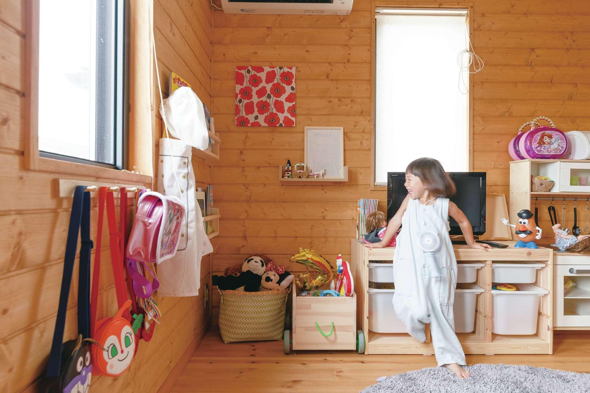 BESS浜松【子育て、インテリア、趣味】2階の子ども部屋は、一方を4歳になる双子の姉妹の遊び場として活用。IKEAのおもちゃや収納家具に、ご主人作の棚や木製フックが馴染む