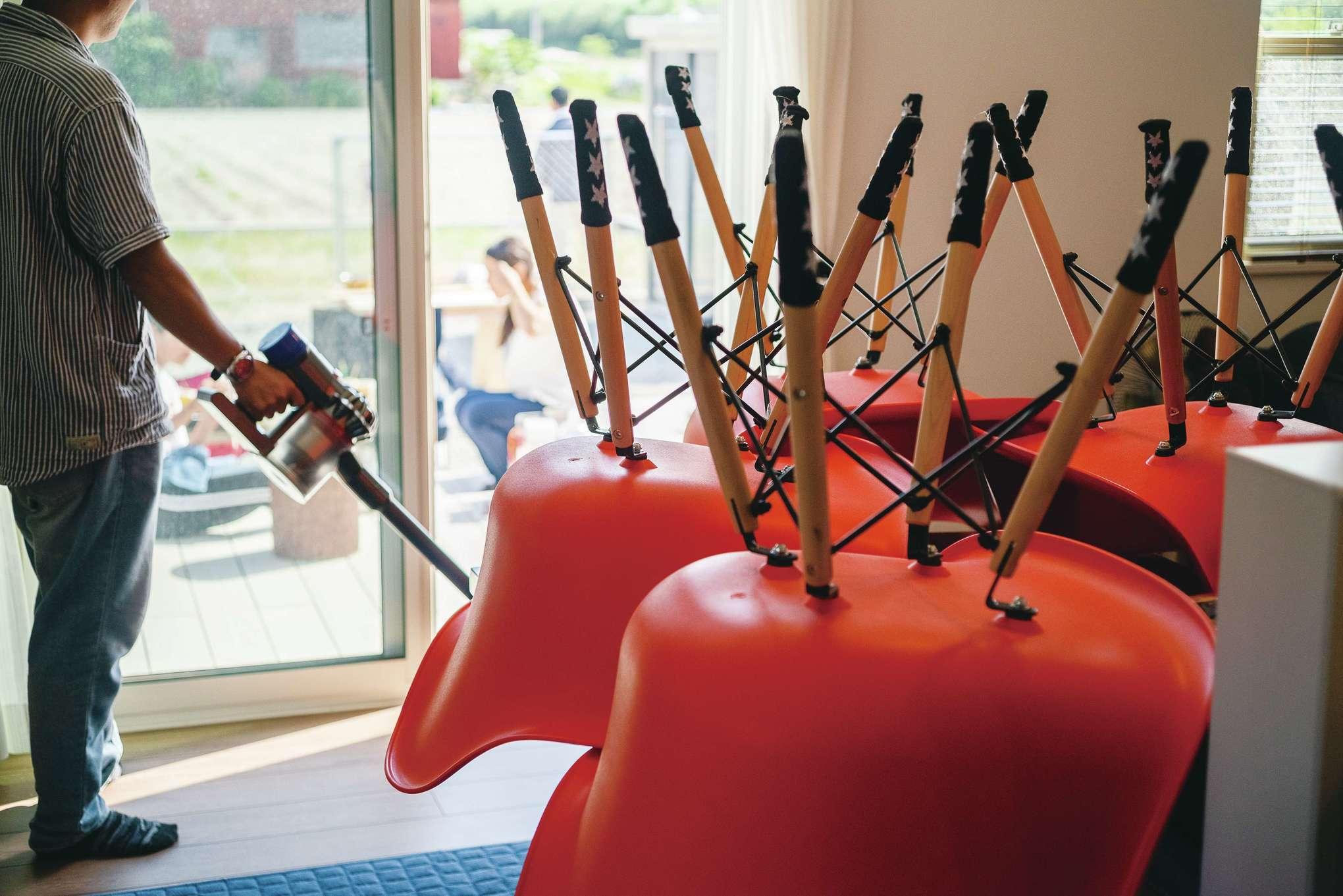 suzukuri 浜松店【デザイン住宅、インテリア、趣味】家族を送り出した後、ダイニングの椅子を上げて掃除するのが奥さまの日課