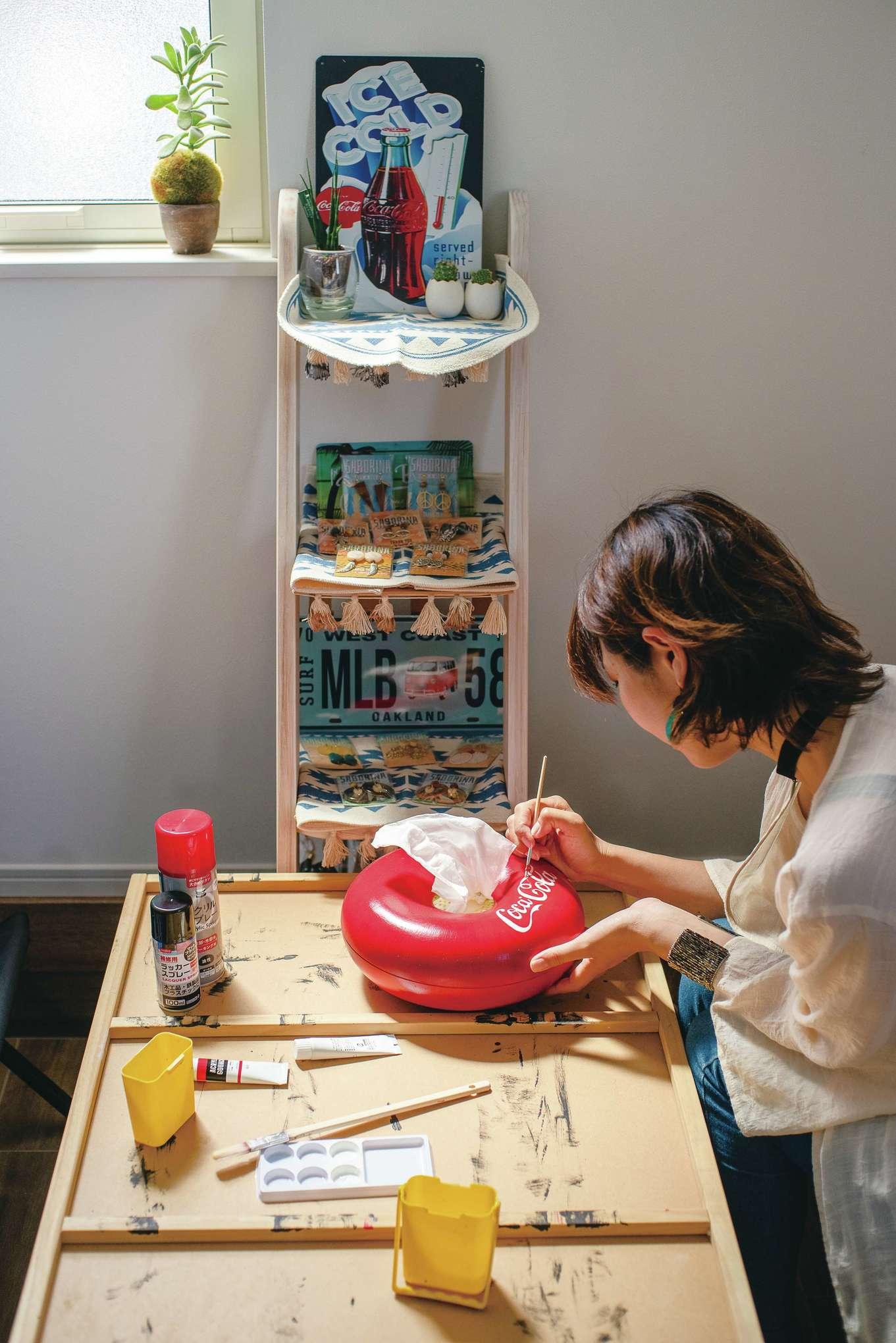suzukuri 浜松店【デザイン住宅、インテリア、趣味】もともとネイリストの奥さま。器用な手先を活かしてハンドメイドのアクセサリーを作って自宅で販売している。土間仕立ての玄関を工房、客間、店舗として使えるよう自分でアレンジしたのがすごい。ペイント技術も素晴らしく、百均で買った何の変哲もないティッシュBOXがコカコーラの雑貨に早変わり!
