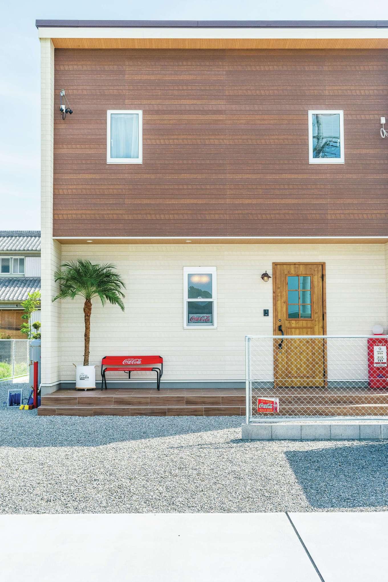 suzukuri 浜松店【デザイン住宅、インテリア、趣味】リゾートのロケーションにピッタリ合う「Viento(ヴィエント)」。アメリカンフェンスと段差のあるウッドテラスはご主人にとってのマストアイテム。おしゃれで絵になる外観に仕上がり、毎日家に帰ってくるのが楽しみに