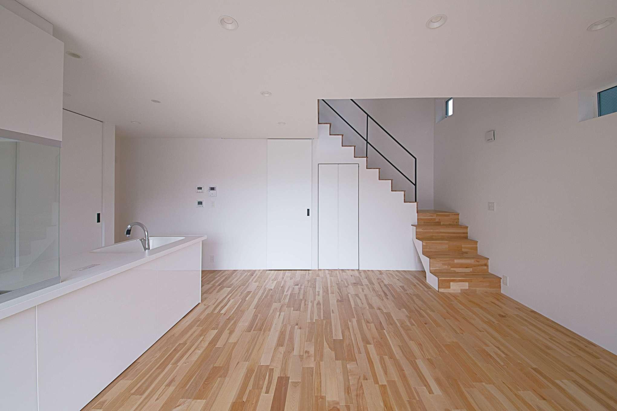 インフィルプラス【デザイン住宅、収納力、間取り】ご主人の要望で、室内には「床下エアコン」を採用。冬は暖気が階段の吹抜けを通じて2階に上がり、家中が暖まる