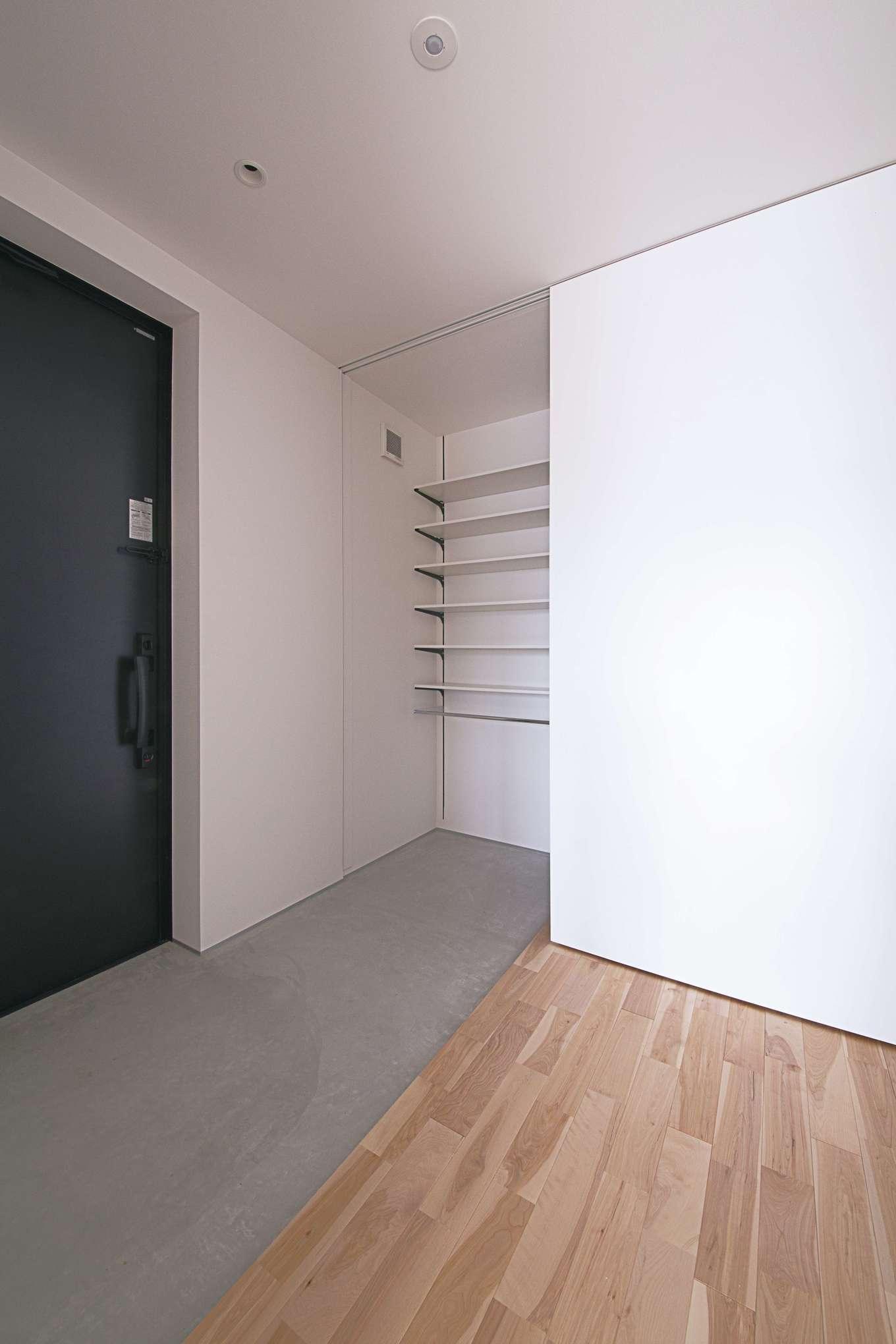 インフィルプラス【デザイン住宅、収納力、間取り】土間玄関のシューズクロークは、来客時にはハイドアで隠すことができて便利