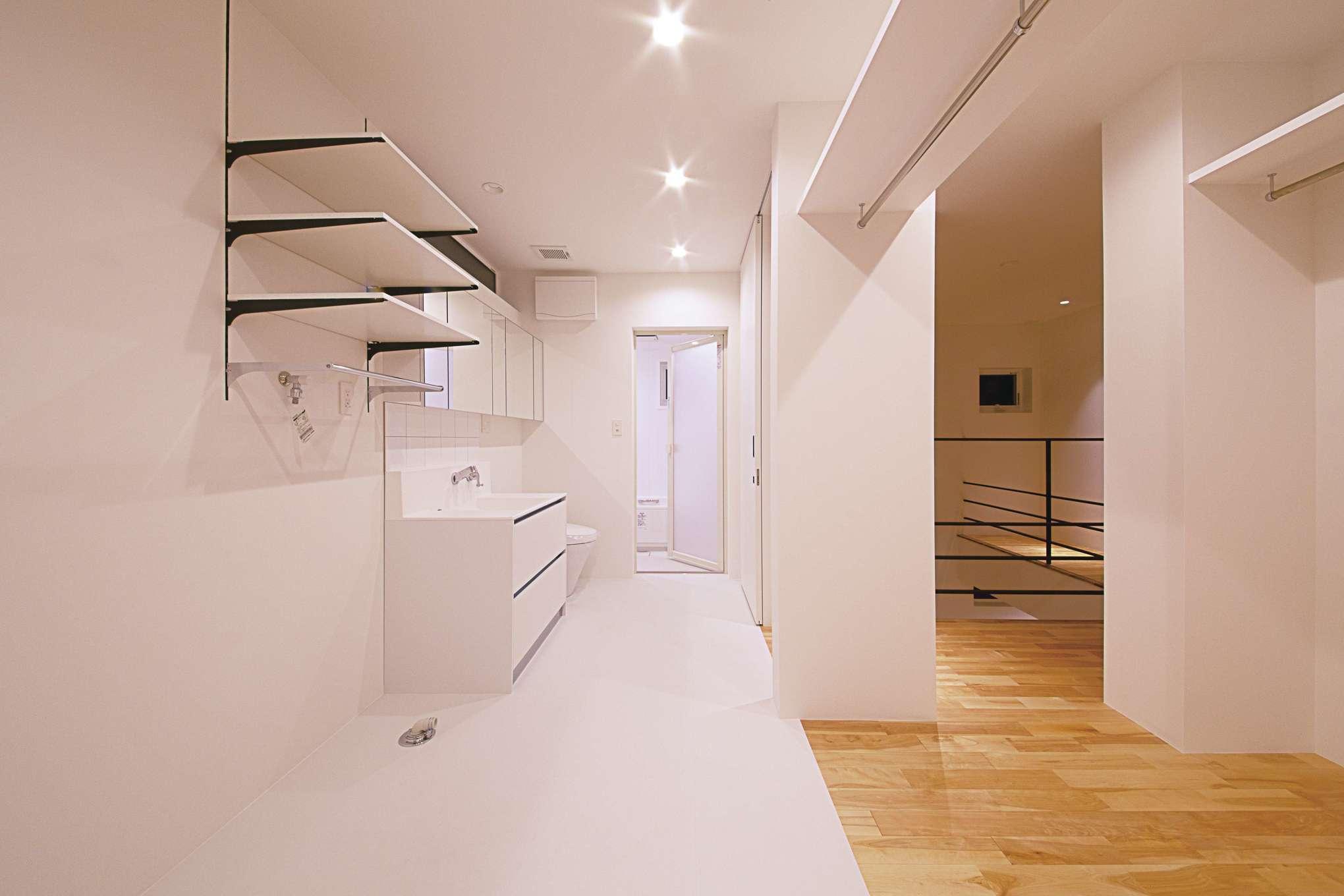 インフィルプラス【デザイン住宅、収納力、間取り】ランドリーのすぐ隣にファミリークローゼットを配置。仕切りがないので、洗濯物が乾いたらハンガーをサッと移動するだけで済む