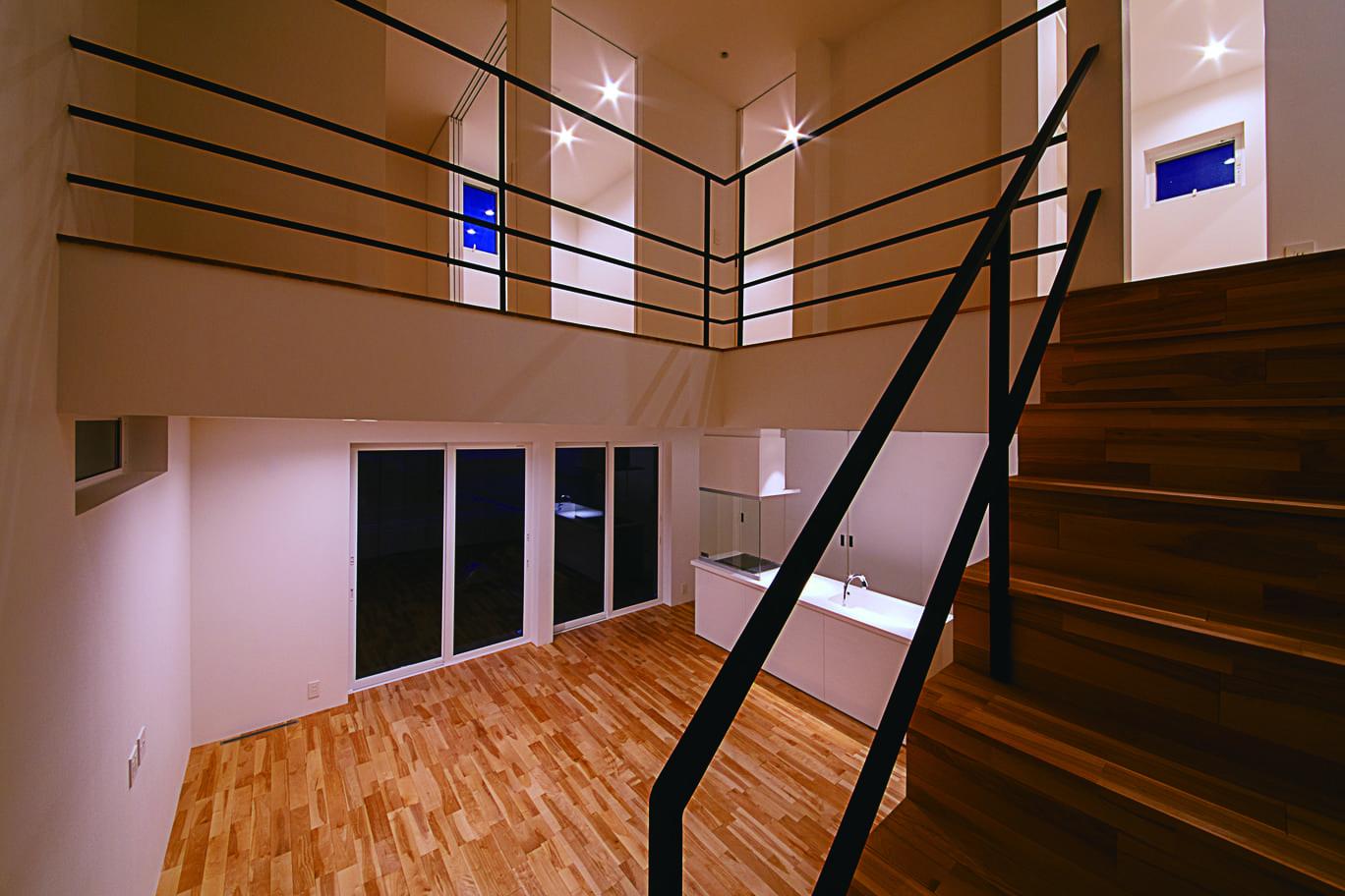 インフィルプラス【デザイン住宅、収納力、間取り】吹抜けを囲むように廊下と手すりを設け、建具は最小限にして、ひとつながりのオープン空間を実現