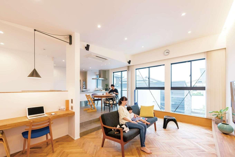 アンドエス【And.s】【デザイン住宅、高級住宅、インテリア】開放的な2階リビング:天井を高くできる2階にリビングを。床は材質と高さを変えて空間の切り返しの面白さを出している。内装の色は白・黒・茶に限定し、アンティーク家具が似合う空間に