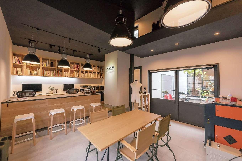 アンドエス【And.s】【デザイン住宅、高級住宅、インテリア】事務所内部はベースを同社が造り、足場板のカウンターやモルタル天板はSさんが仕上げた