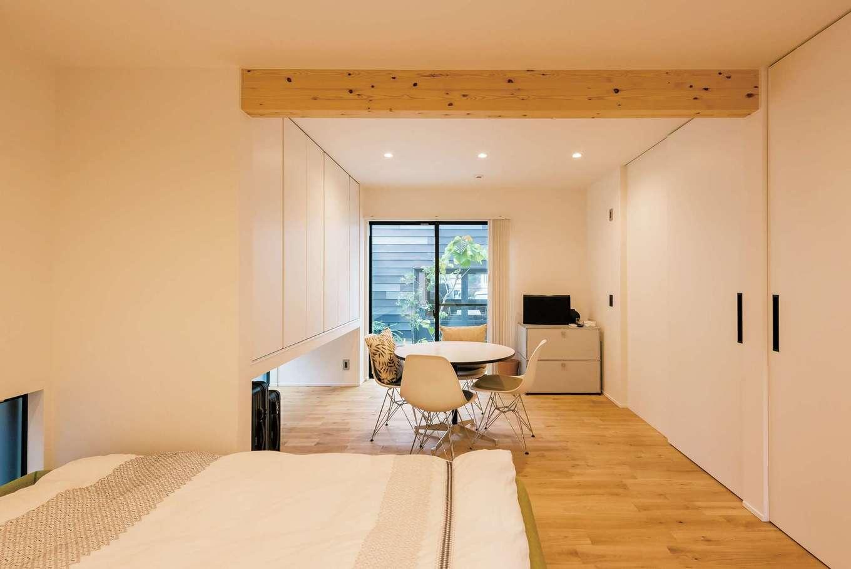アンドエス【And.s】【デザイン住宅、高級住宅、インテリア】中庭に面した寝室。将来、家族構成が変わった時に真ん中で間仕切りして分割できる造りになっている