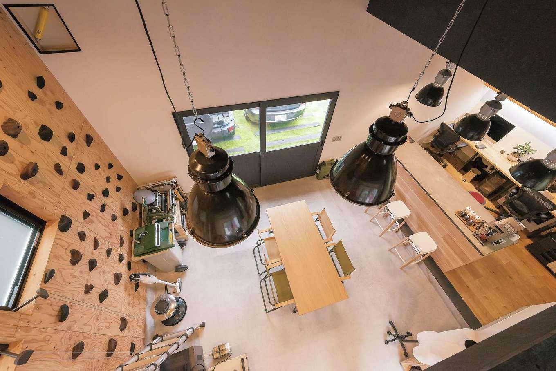 アンドエス【And.s】【デザイン住宅、高級住宅、インテリア】事務所の反対側の壁はボルダリング仕様。写真左上にあえて現しにした制振ダンパーが見える