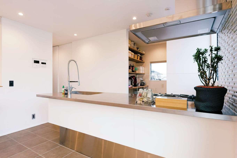 アンドエス【And.s】【デザイン住宅、高級住宅、インテリア】キッチンからはフロア全体が見渡せ、子どもの様子もわかる。冷蔵庫、食器棚などは奥のパントリーに