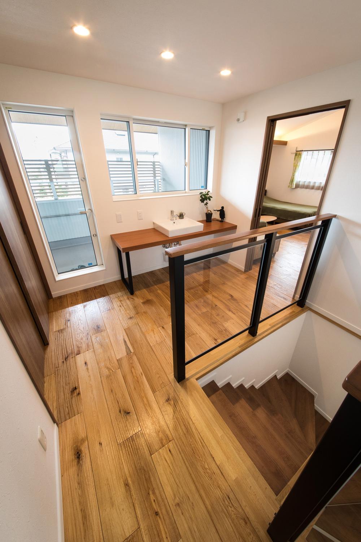 宮下工務店【デザイン住宅、間取り、インテリア】2階廊下には、何かと便利洗面スペースを用意。手すりにガラスを採用したことで階段が暗くならない