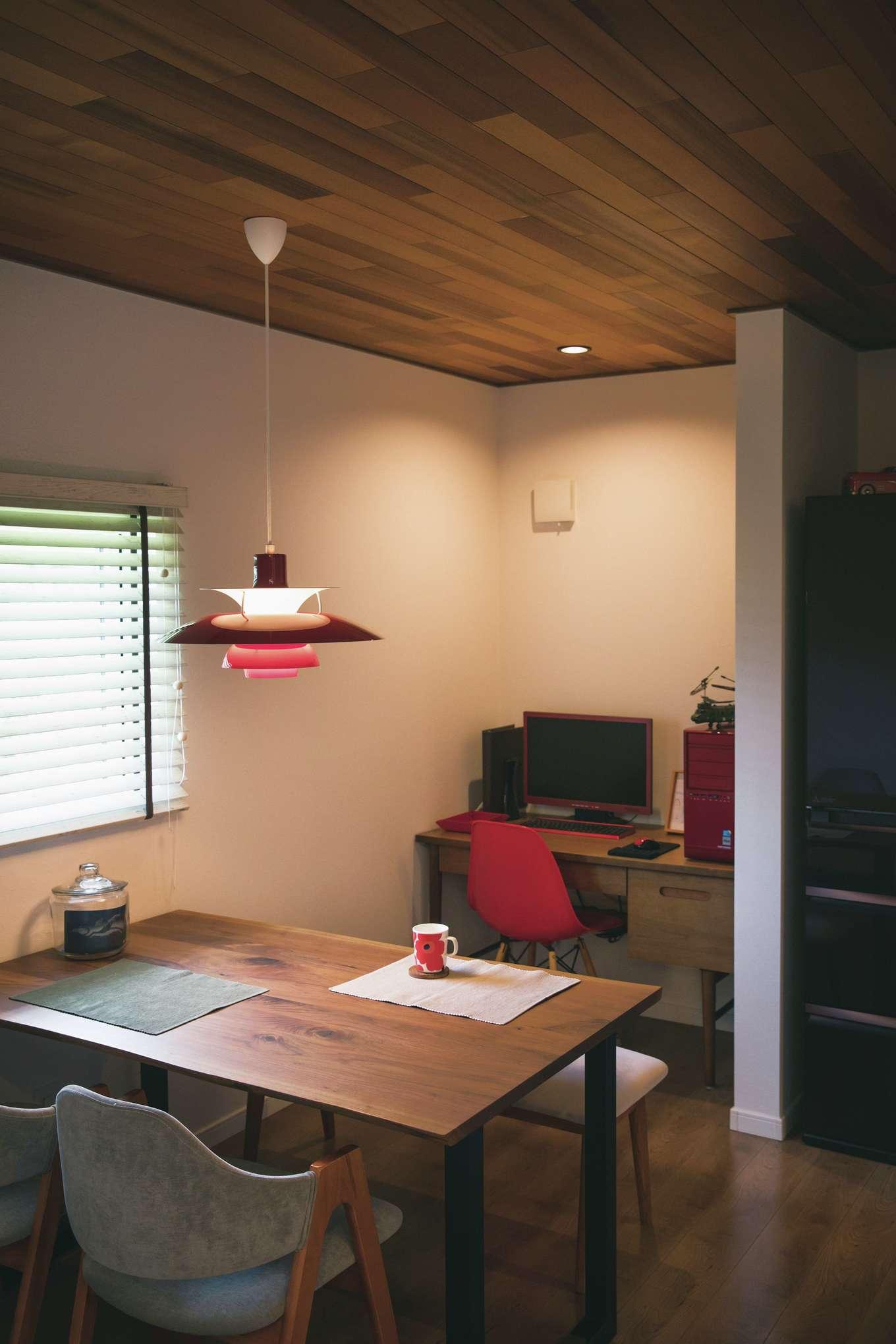 宮下工務店【デザイン住宅、間取り、インテリア】ダイニングは天井をレッドシダー張りにし、赤をアクセントに活かした