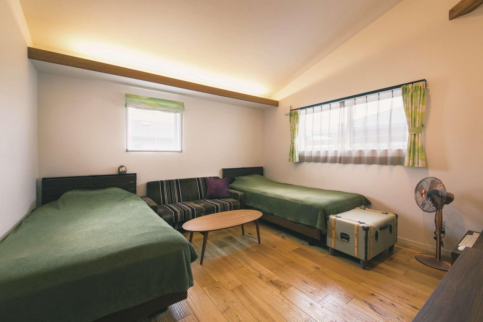 宮下工務店【デザイン住宅、間取り、インテリア】2階の寝室。木目を浮き立たせた無垢の床の質感が心地よい