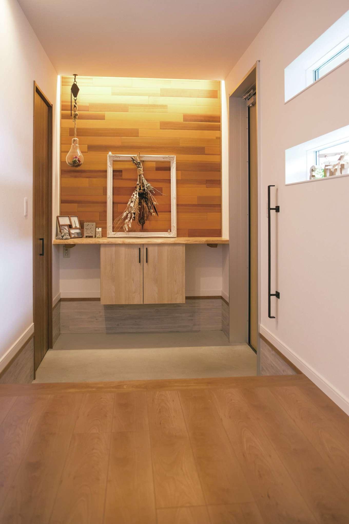 宮下工務店【デザイン住宅、間取り、インテリア】無垢の素材感と間接照明を活かして玄関をスタイリッシュに演出
