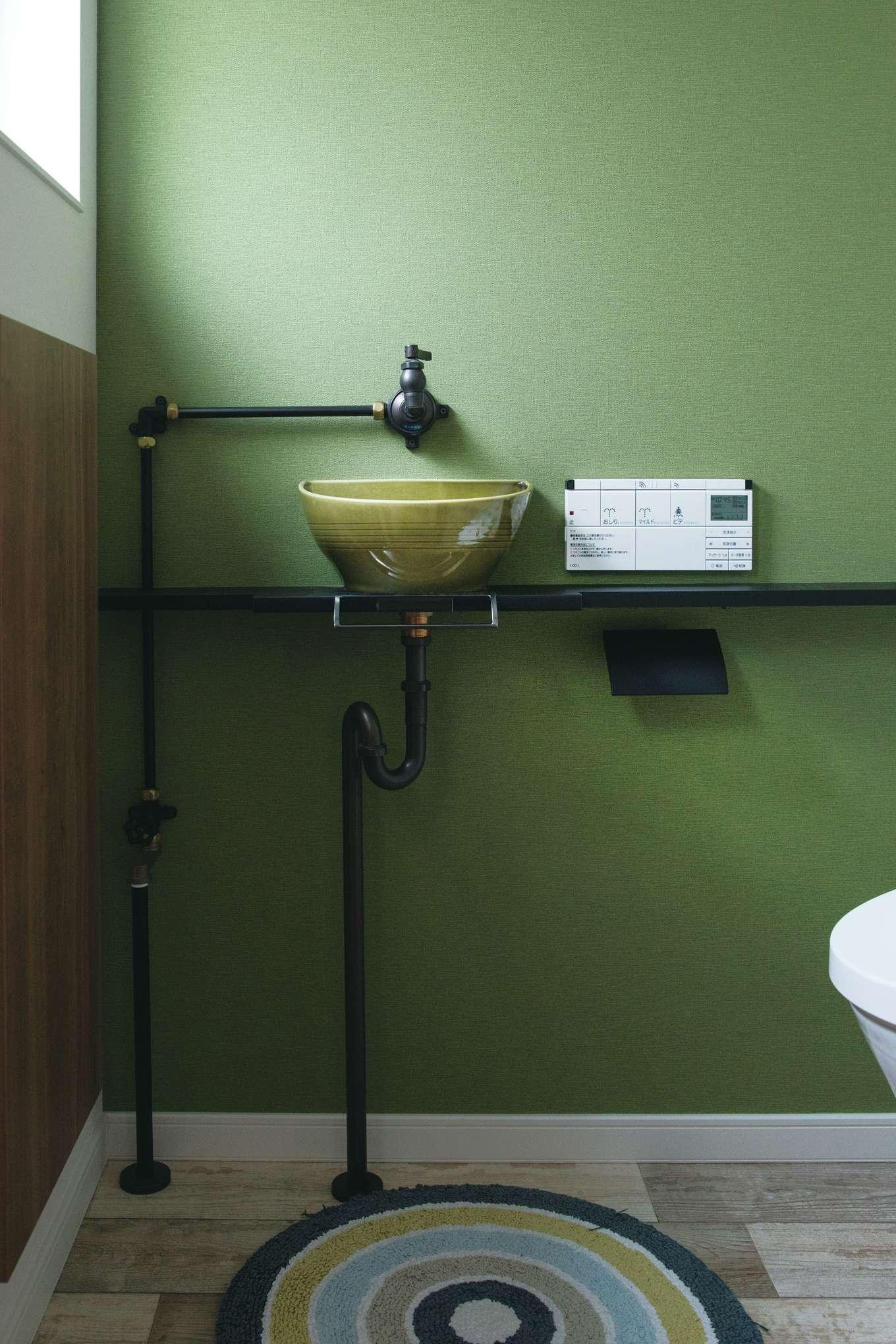 宮下工務店【デザイン住宅、間取り、インテリア】ご主人のセンスが際立つトイレ。モスグリーンに黒の配管が映える