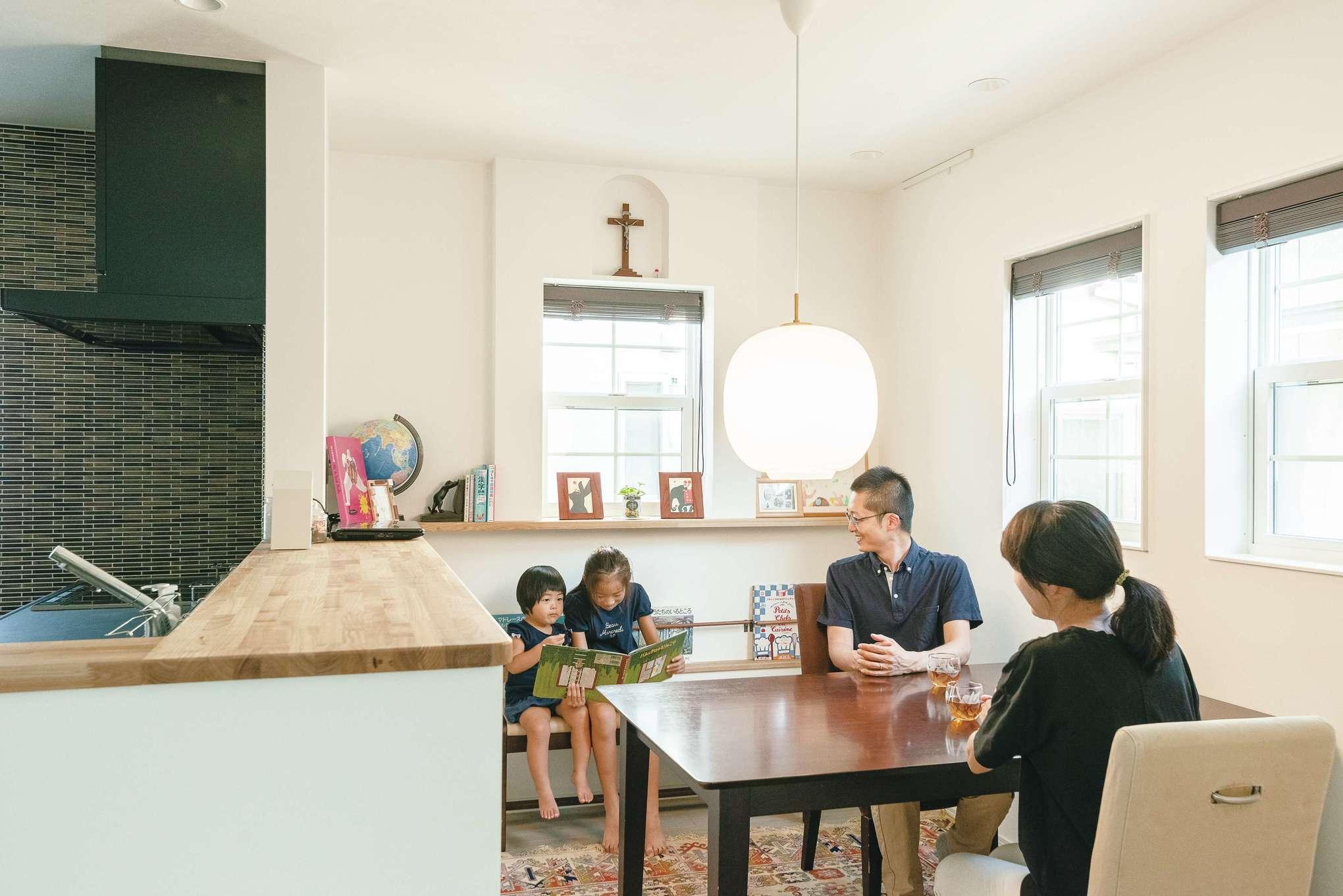 四季彩ひだまり工房 高田工務店【子育て、省エネ、間取り】光がたっぷりと入るダイニング。壁面の凹凸を飾り棚として利用している。マガジンラックは小さな子どもでも手が届く