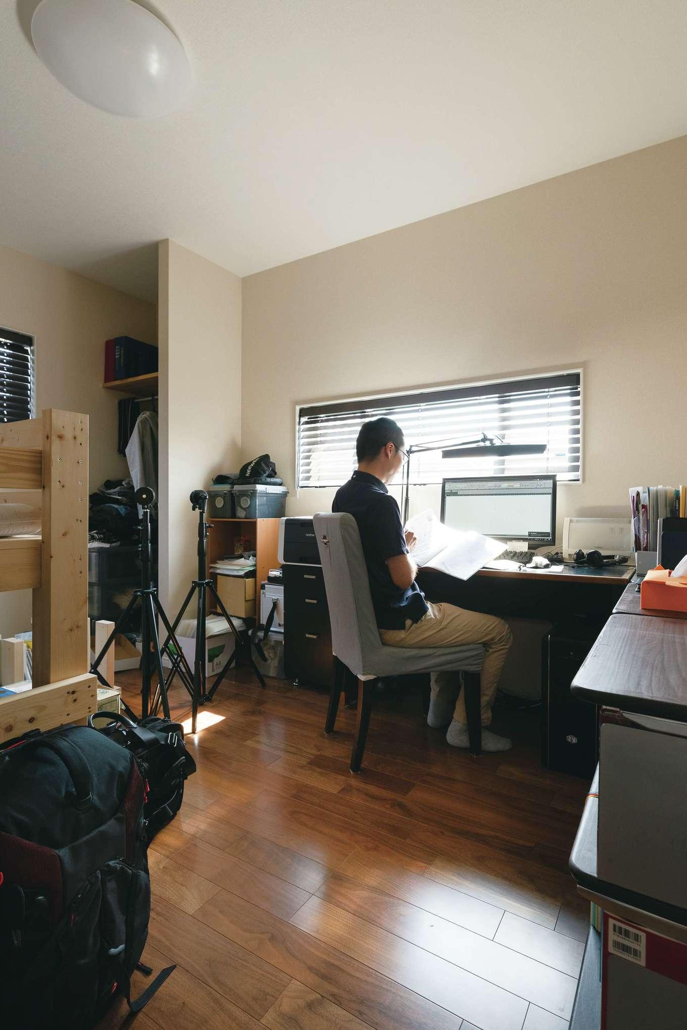 四季彩ひだまり工房 高田工務店【子育て、省エネ、間取り】ご主人の仕事部屋。パソコンから視線を上げると景色が見える