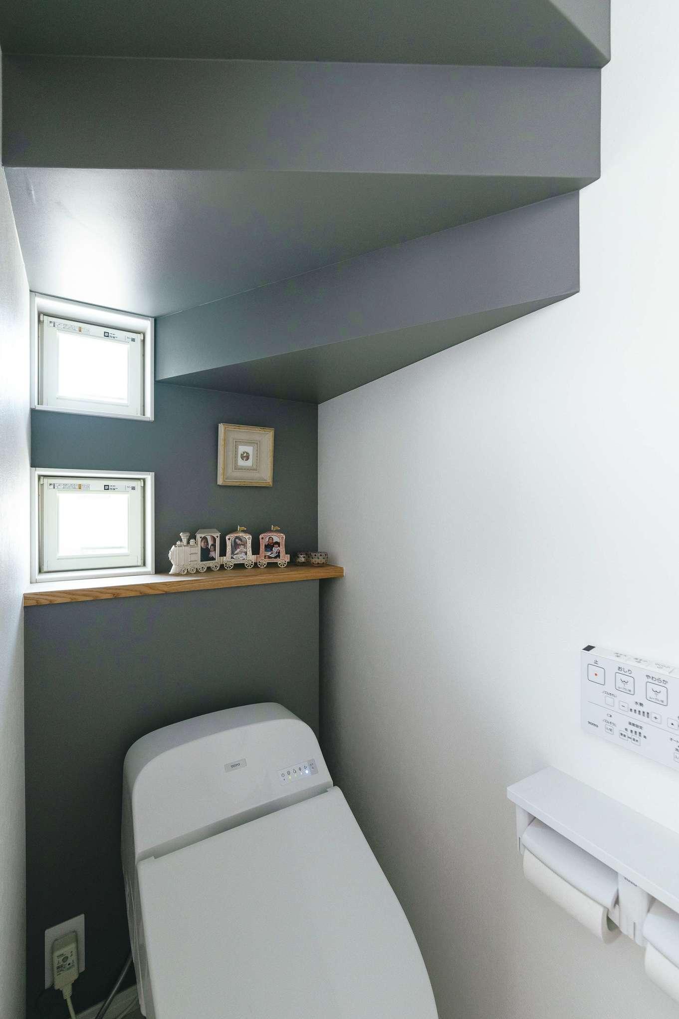 四季彩ひだまり工房 高田工務店【子育て、省エネ、間取り】階段下のトイレは「意外と広く感じます」と奥さま