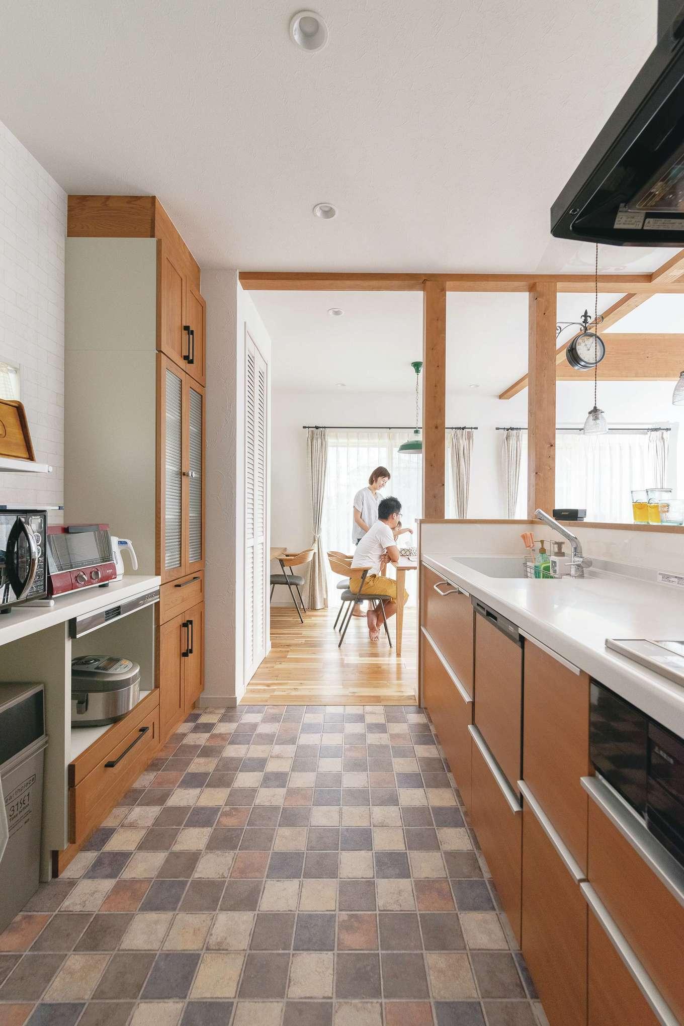 四季彩ひだまり工房 高田工務店【デザイン住宅、子育て、自然素材】キッチンの床にはアンティークタイル調のクッションフロアを採用。ナチュラルな空間の引き立て役に