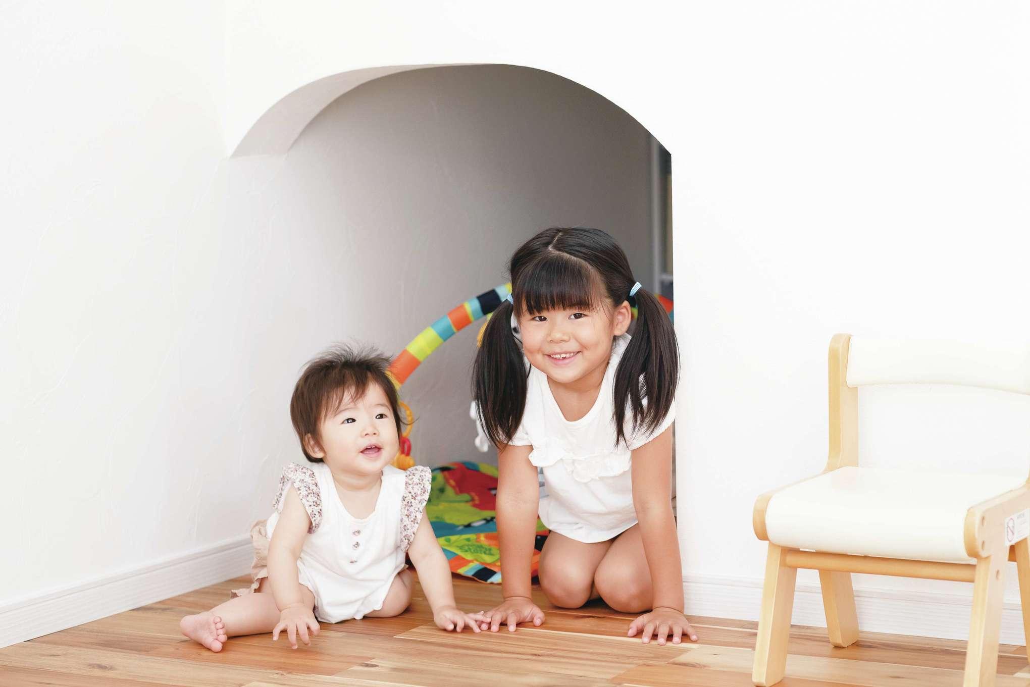 四季彩ひだまり工房 高田工務店【デザイン住宅、子育て、自然素材】階段下収納は出入り口を2つ設け、1つは遊び心をプラス