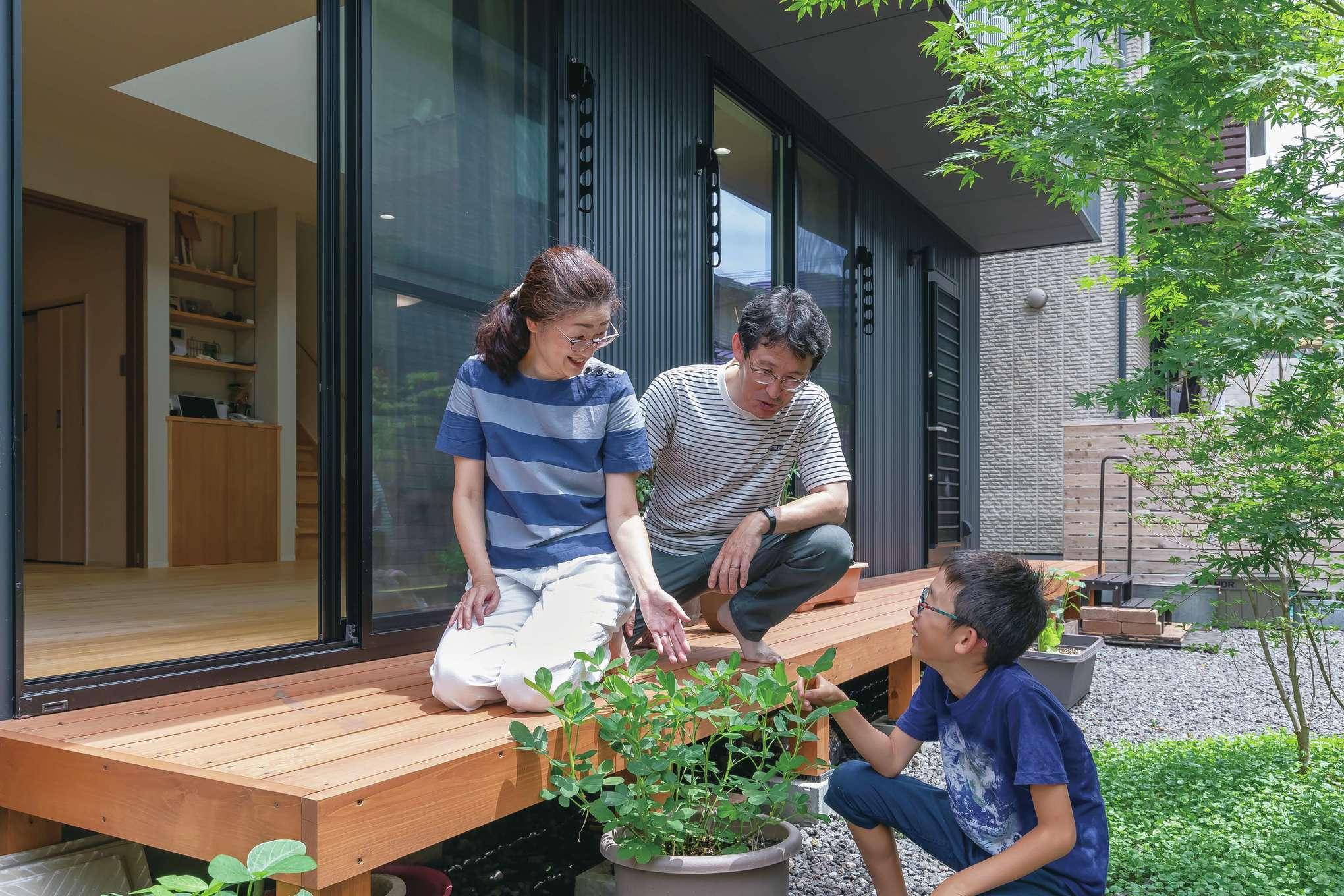 フジモクの家(富士木材)【デザイン住宅、子育て、自然素材】北面のアプローチだけでなく、南面にも広い庭とウッドデッキを設けた。ジューンベリーなどの実がなる樹木のほか、落花生なども大切に育てている。「庭は子育てと同じで、手はかかりますが、大変な分だけ愛おしくなりますね」と奥さま。庭と戯れるスローな暮らしこそ、注文住宅ならではの醍醐味と言えそうだ。