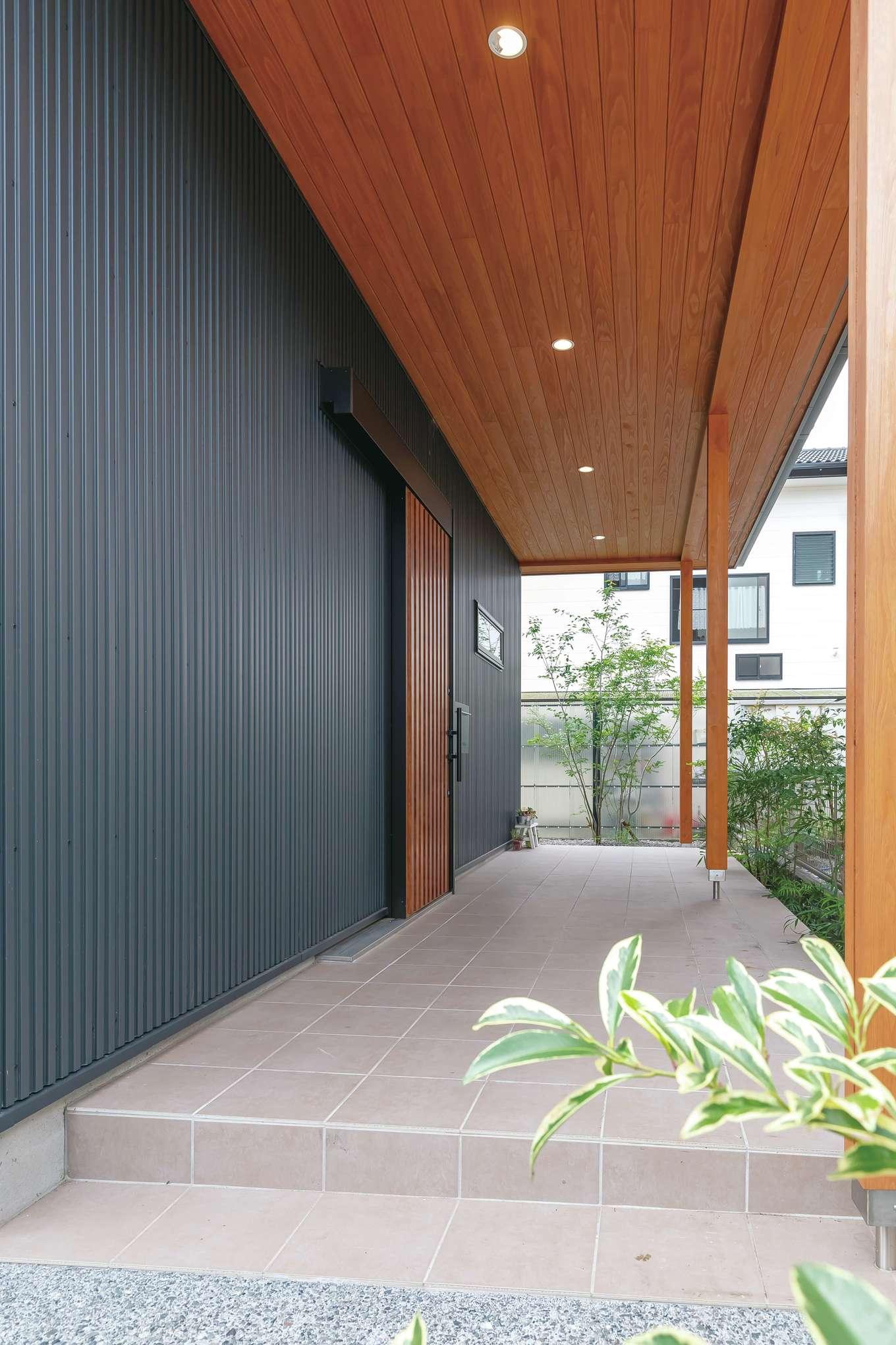 フジモクの家(富士木材)【デザイン住宅、子育て、自然素材】雨に濡れない玄関ポーチ。目線が抜けて気持ちいい