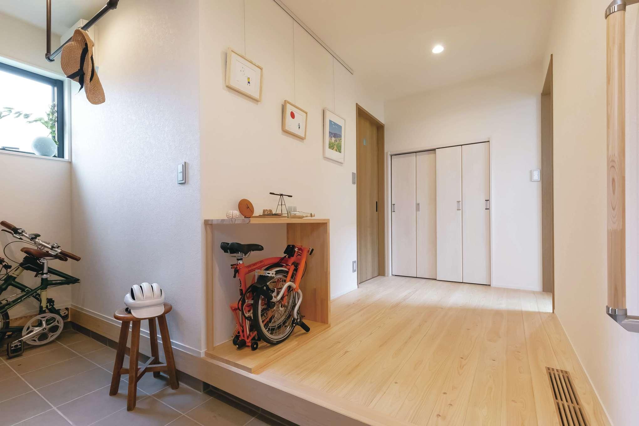 フジモクの家(富士木材)【デザイン住宅、子育て、自然素材】自転車もすっぽり収納できる土間玄関
