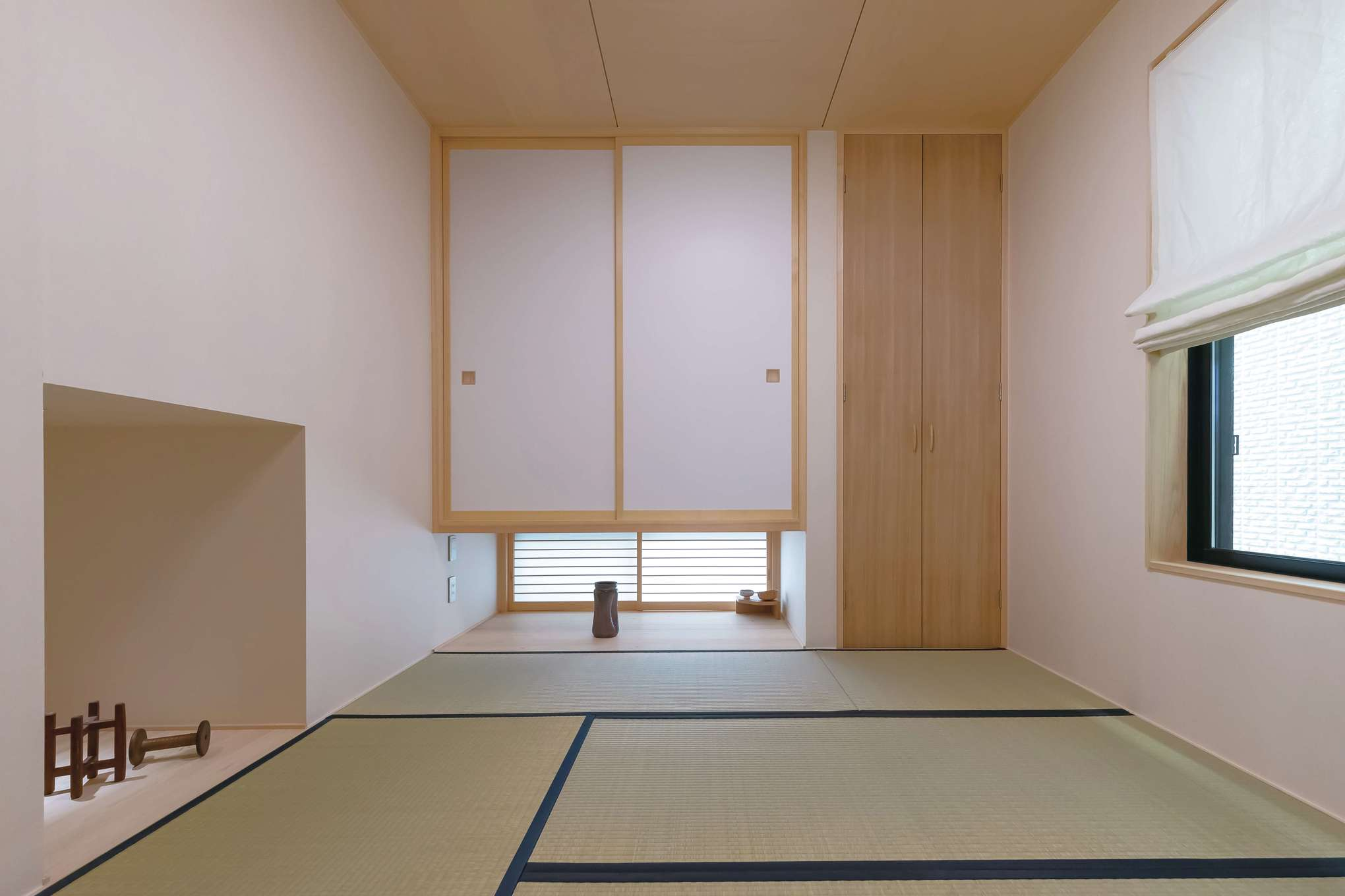 フジモクの家(富士木材)【デザイン住宅、子育て、自然素材】吊り押入れと地窓を採用した和室は、北面とは思えないほど明るい