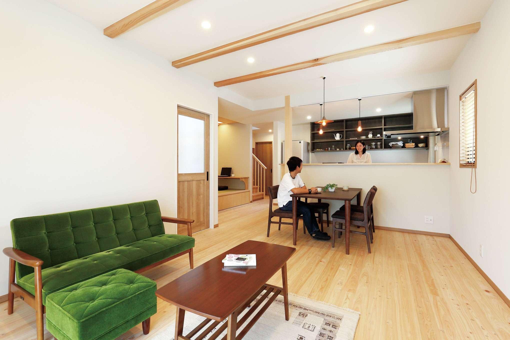 フジモクの家(富士木材)【デザイン住宅、収納力、自然素材】上質な富士ヒノキと珪藻土に包まれたLDK。ナチュラルな空間に合わせて、レトロモダンなソファや照明、雑貨を揃えてコーディネートした