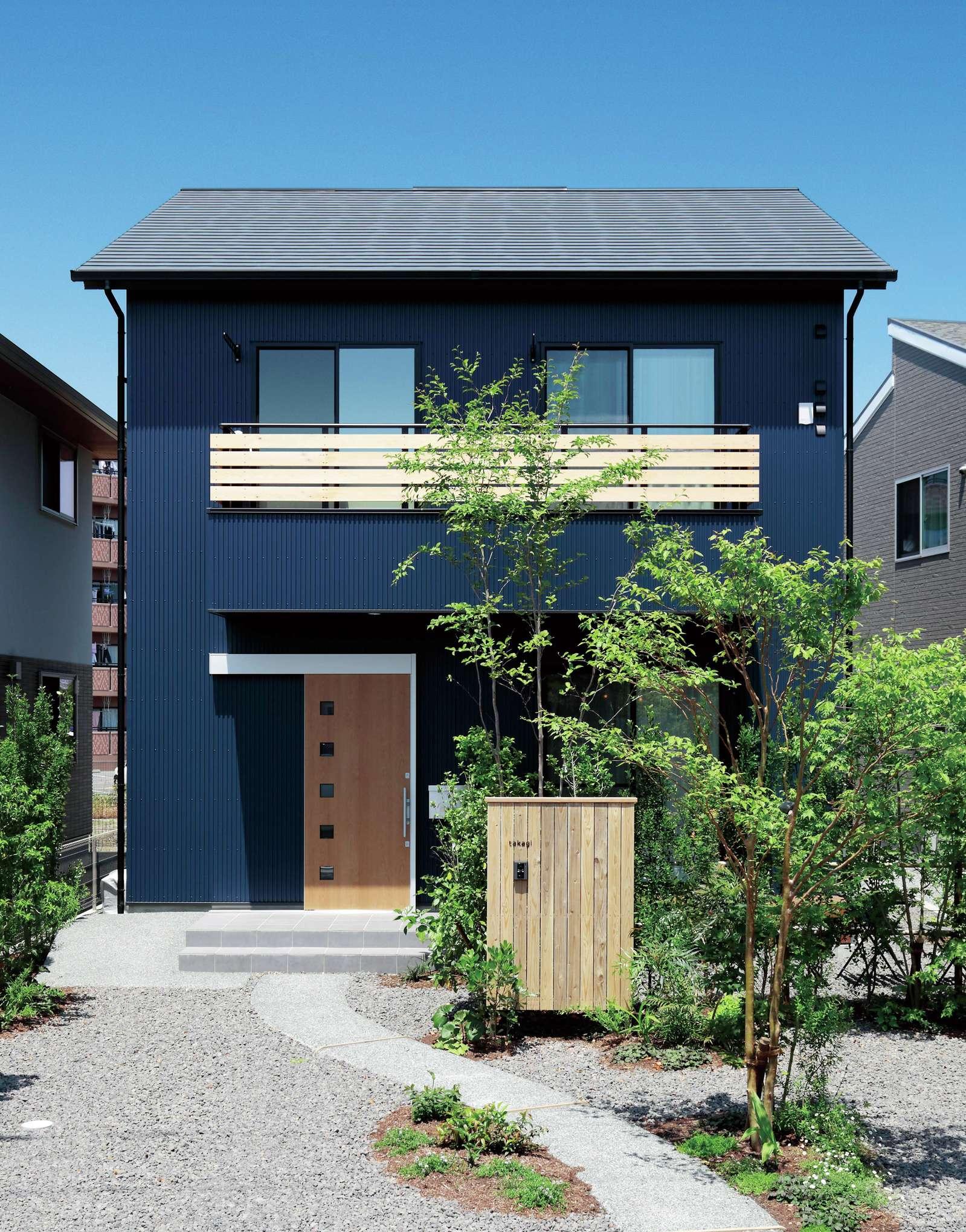 フジモクの家(富士木材)【デザイン住宅、収納力、自然素材】閑静な住宅地にしっくり溶け込んだ和モダンスタイルの外観。ゆるかなカーブを描く石畳のアプローチが家族をあたたかく迎えてくれる