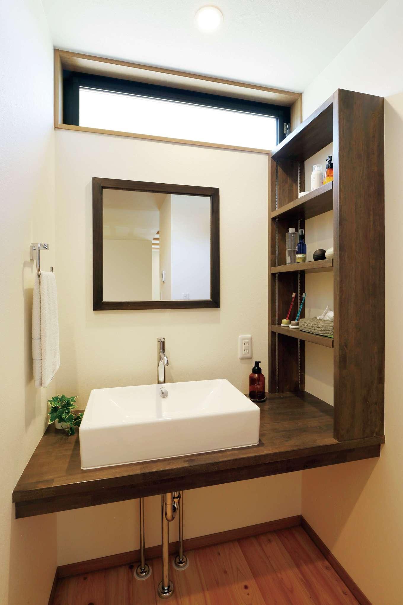 フジモクの家(富士木材)【デザイン住宅、収納力、自然素材】造作の洗面台と収納棚。ハイサイドライトを採用したことで、北面とは思えないほどの明るさを実現。鏡の形までこだわった