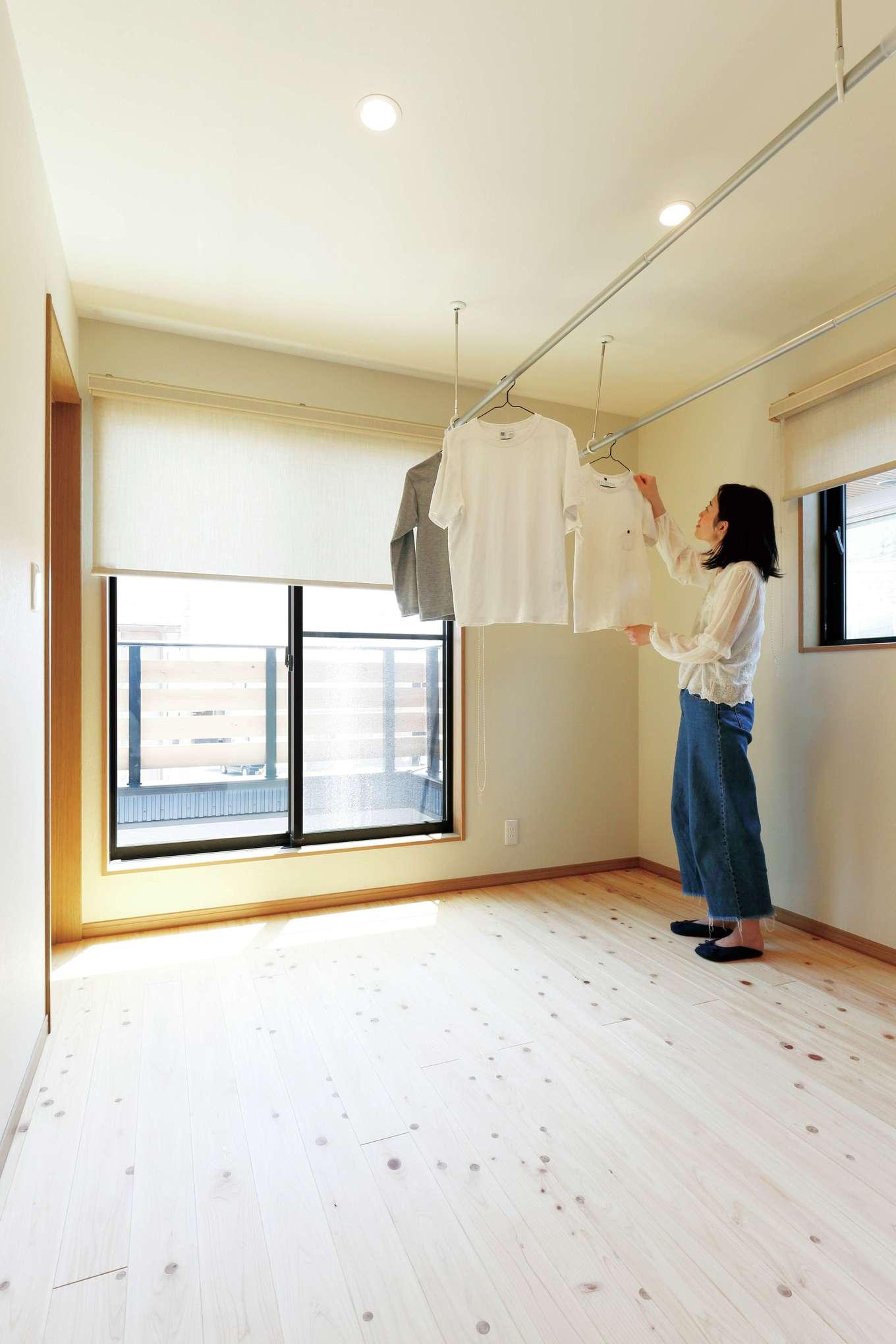 フジモクの家(富士木材)【デザイン住宅、収納力、自然素材】広い部屋干しスペースは、共働き夫婦のマストアイテム。調湿効果にすぐれた無垢材と珪藻土のおかげですぐに乾き、不快な臭いもしない