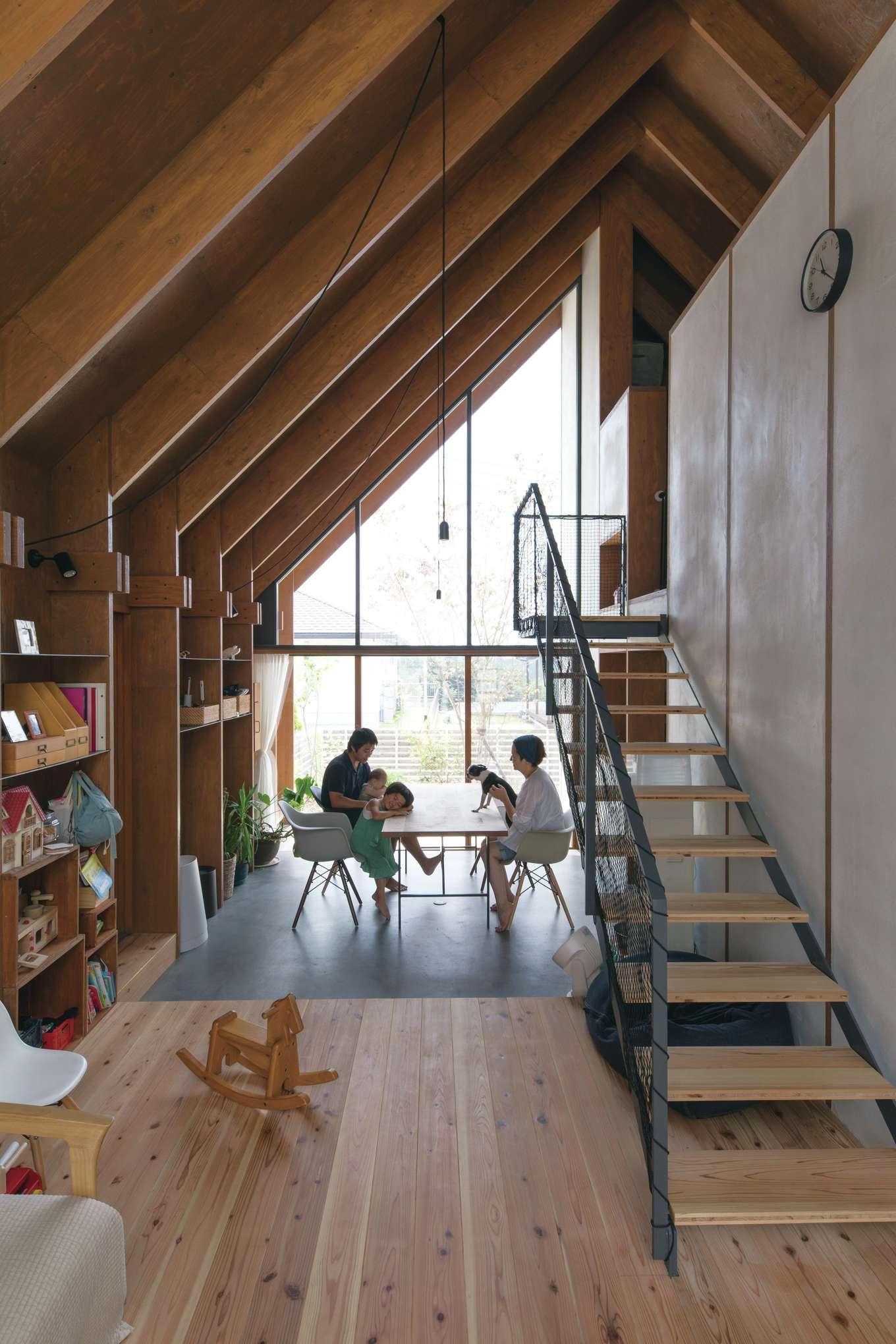 建杜 KENT(大栄工業)【デザイン住宅、自然素材、建築家】アウトドア好きのMさん一家。外との繋がりを感じながら暮らせるようにと、ダイニングからそのまま庭へと続く開放的な空間を創り出した。モルタルの土間には床暖房を設置し、冬でも暖かに保つ。構造体のパネルを活用することで、壁面はすべてオープンシェルフとして使える